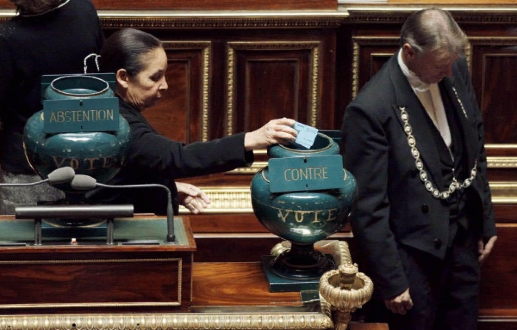 Les sénateurs français ont adopté hier la réforme des retraites par 177 voix contre 153. <br />