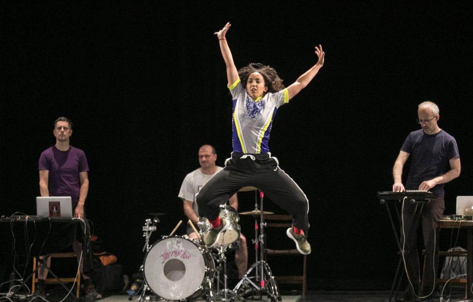 Image croquée lors d'une répétition du spectacle «Frontera», fruit des retrouvailles artistiques de la chorégraphe Dana Gingras avec le groupe post-rock Fly Pan Am