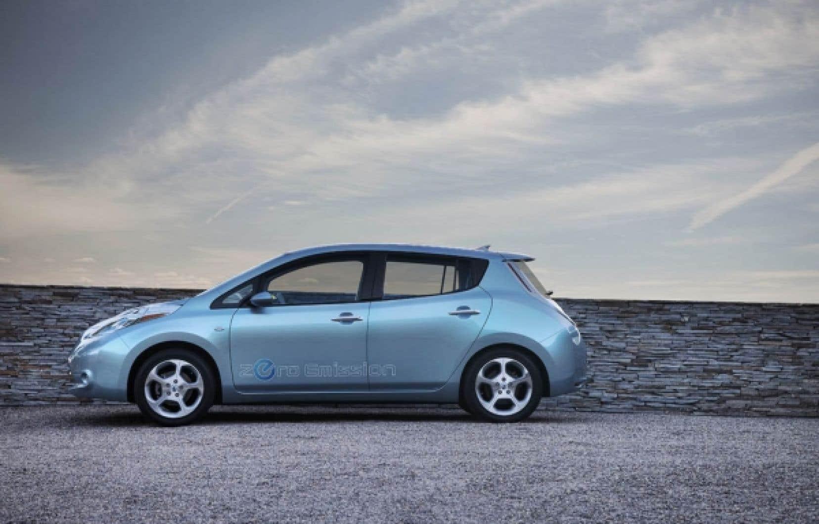 Malgré son design très futuriste, la Nissan LEAF est dotée d'une accélération, d'un espace intérieur et d'une qualité de finition au-dessus de la moyenne des intermédiaires et d'une tenue de route tout à fait acceptable faisant d'elle une voiture électrique qui ne ne dépaysera personne.