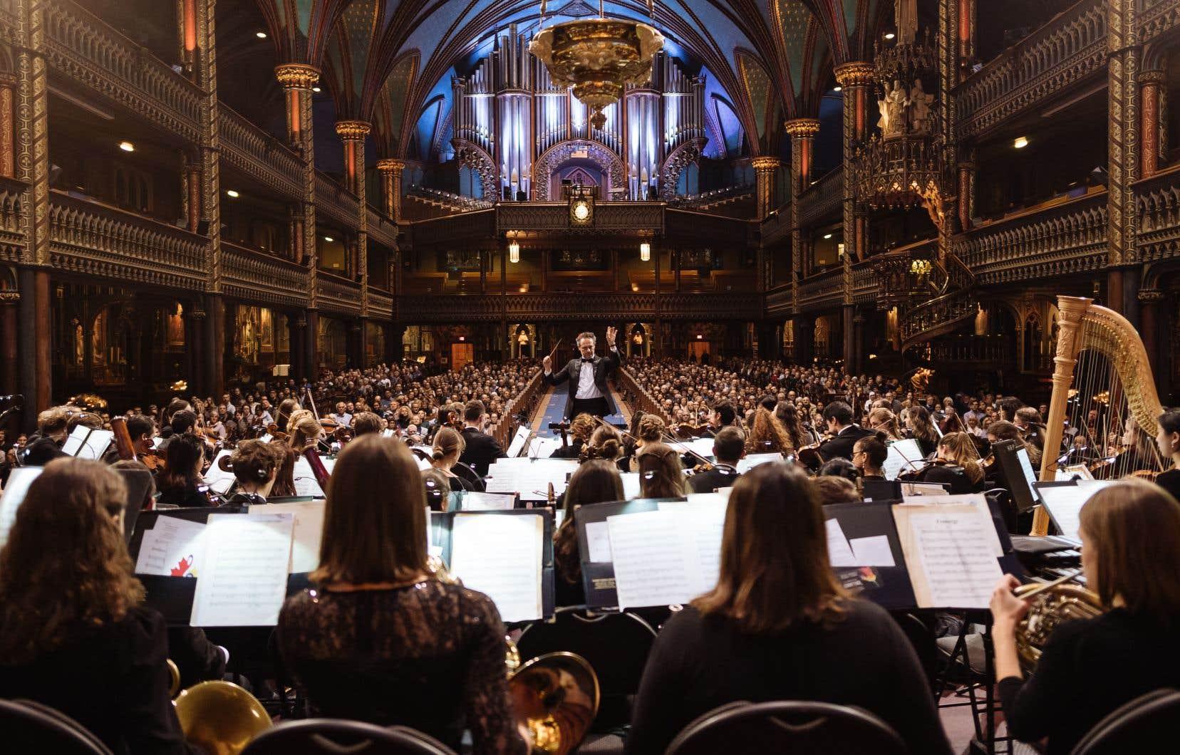 À la tête de cet orchestre de composé de 76 musiciennes et musiciens, dont 35 Européens de 16 pays, Montréal découvrait ce soir le chefautrichien Sascha Goetzel.
