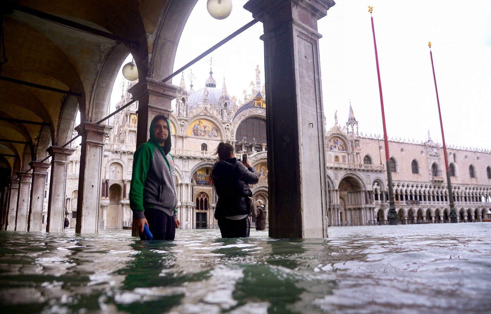 Certains jugent la situation des plus étranges:les touristes prennent des photos, mais la ville souffre.