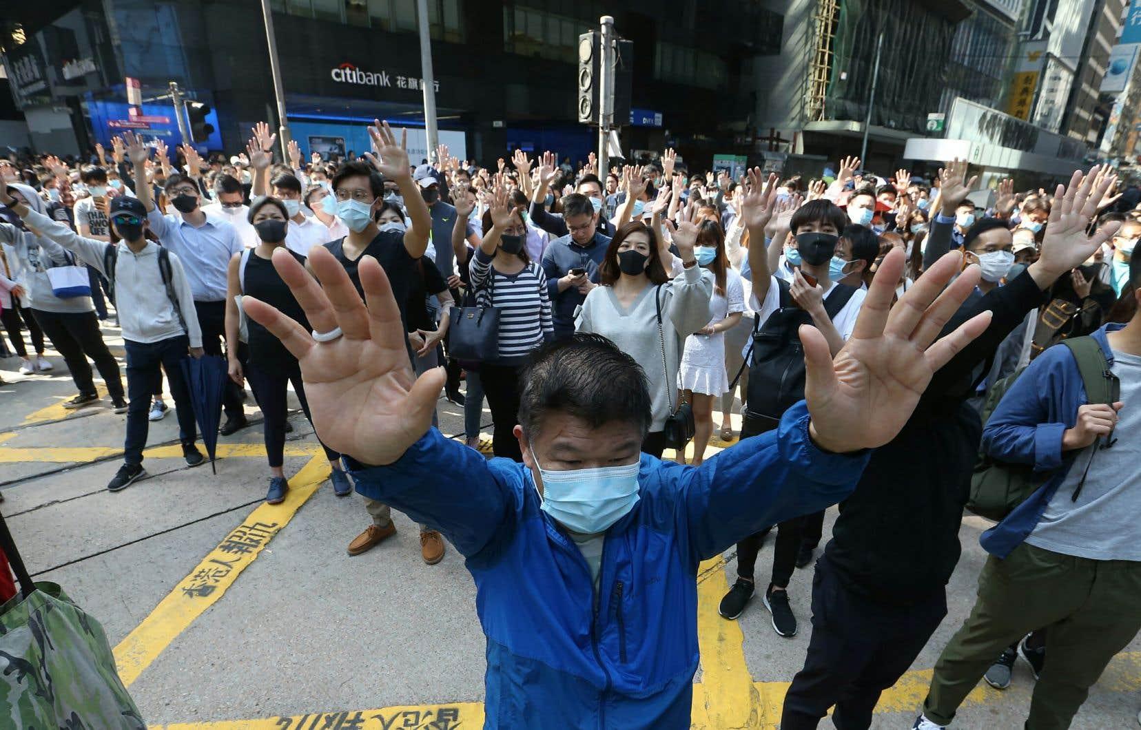 Des milliers de manifestants prodémocratie ont défilé vendredi à Hong Kong malgré une mise en garde du président chinois, Xi Jinping.