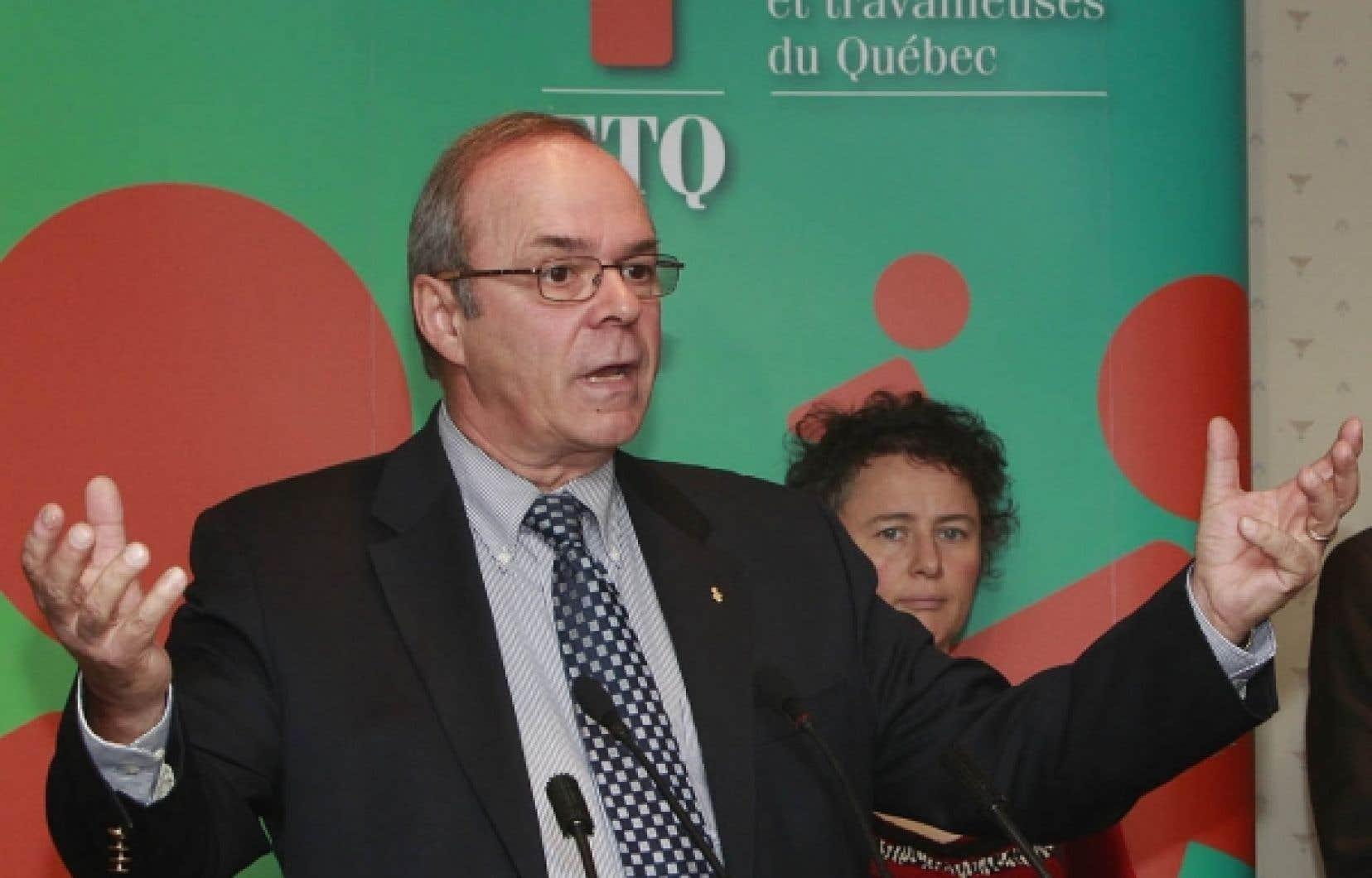 Michel Arsenault, président de la FTQ, revendique une bonification majeure des régimes de retraite publics. En arrière-plan, Alexa Conradi, présidente de la Fédération des femmes du Québec, l'un des nombreux organismes partenaires de la campagne de sensibilisation menée par la FTQ.