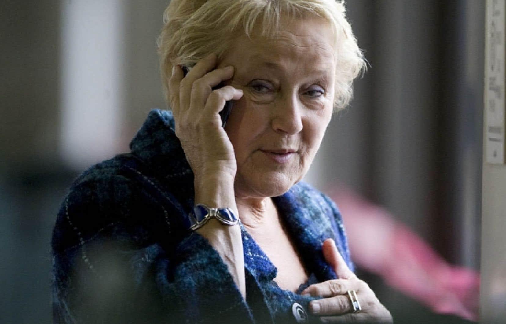 La chef du Parti québécois, Pauline Marois, en conversation téléphonique hier à Saint-Hyacinthe, où se tenait le conseil national du parti. Des militants ont confié au Devoir être inquiets du fait que leur chef ne profite pas à plein de l'impopularité du gouvernement Charest.