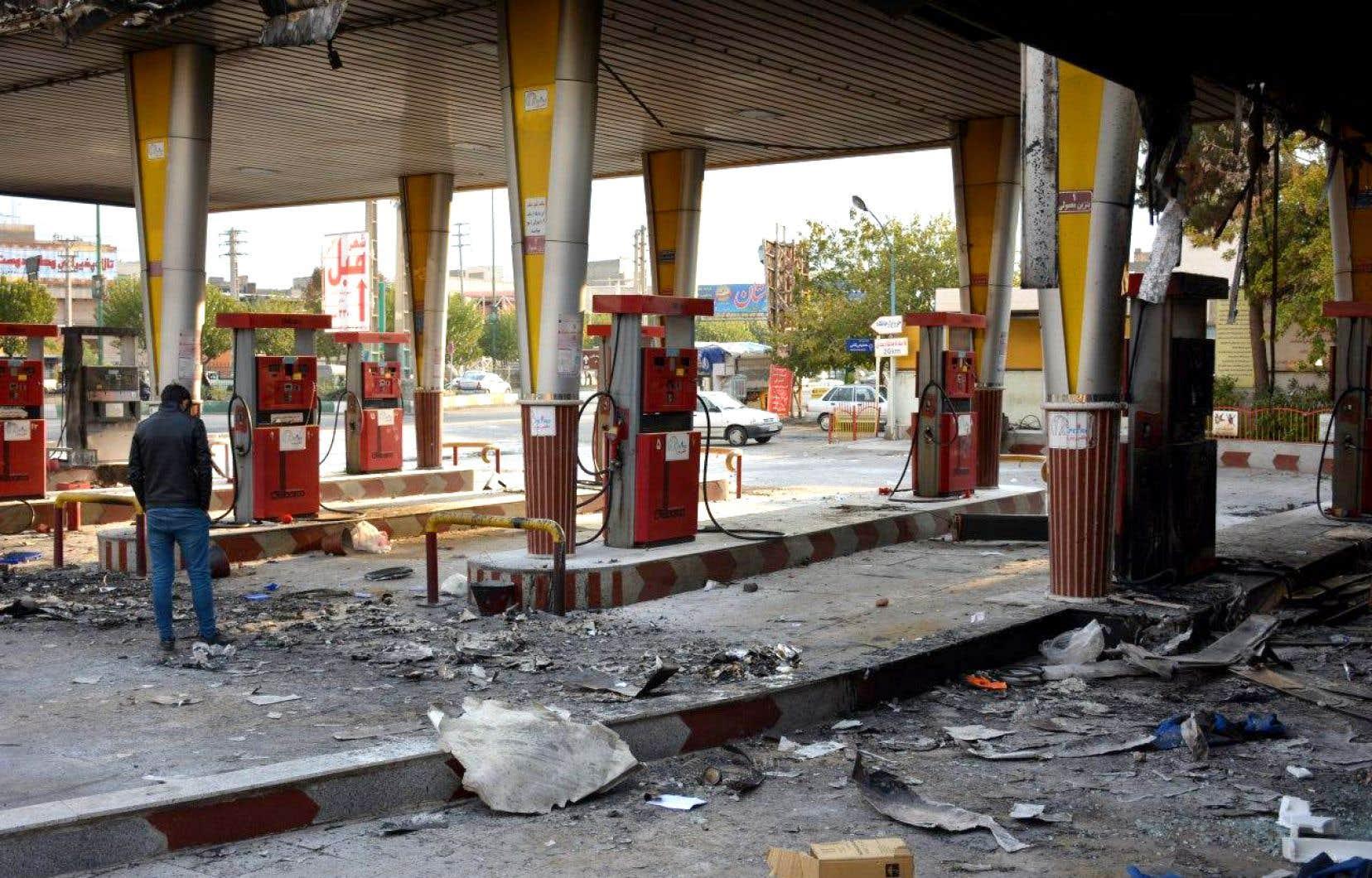 La colère populaire a été provoquée par la forte hausse du prix de l'essence annoncée vendredi par le gouvernement.