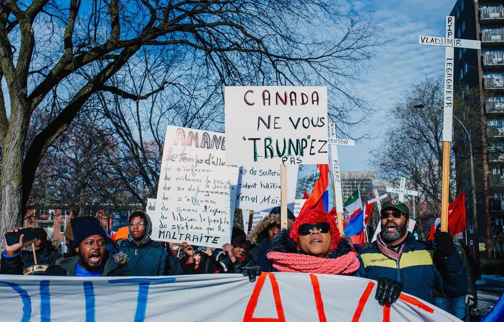 Les manifestants ont marché dimanche du parc Toussaint-Louverture jusqu'au consulat général d'Haïti, à Montréal.