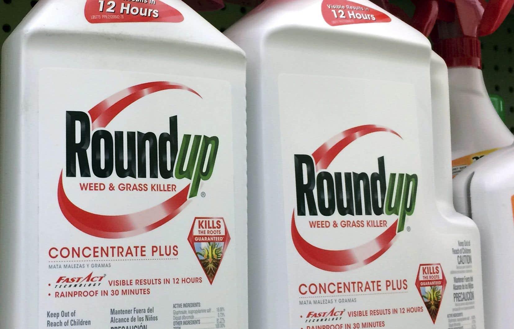Des bouteilles de Roundup sur les tablettes d'un commerce à Los Angeles, en 2017