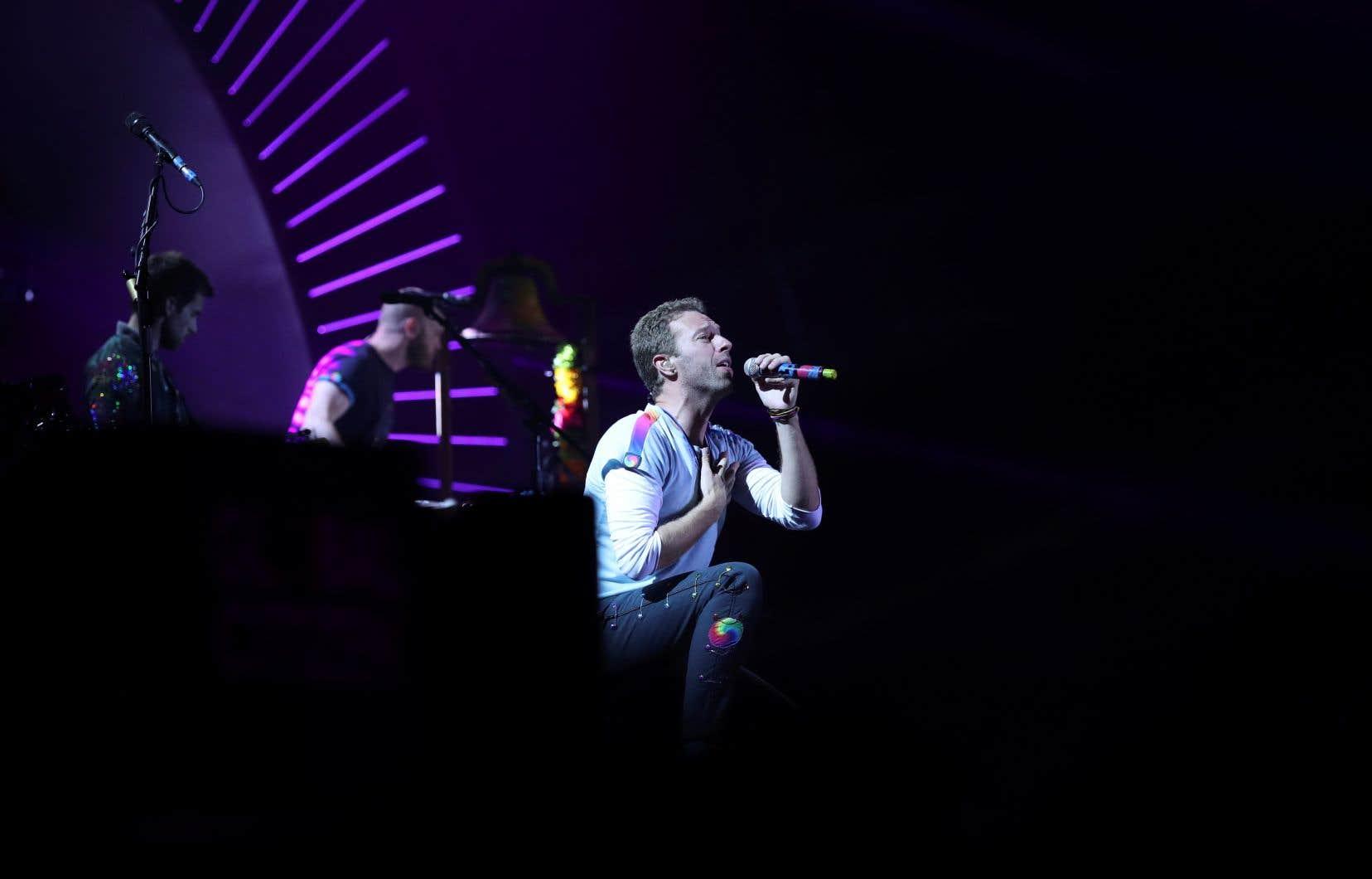 Chris Martin, le leader de Coldplay, a annoncé jeudi que le groupe britannique remettait à plus tard la tournée de son nouvel album.