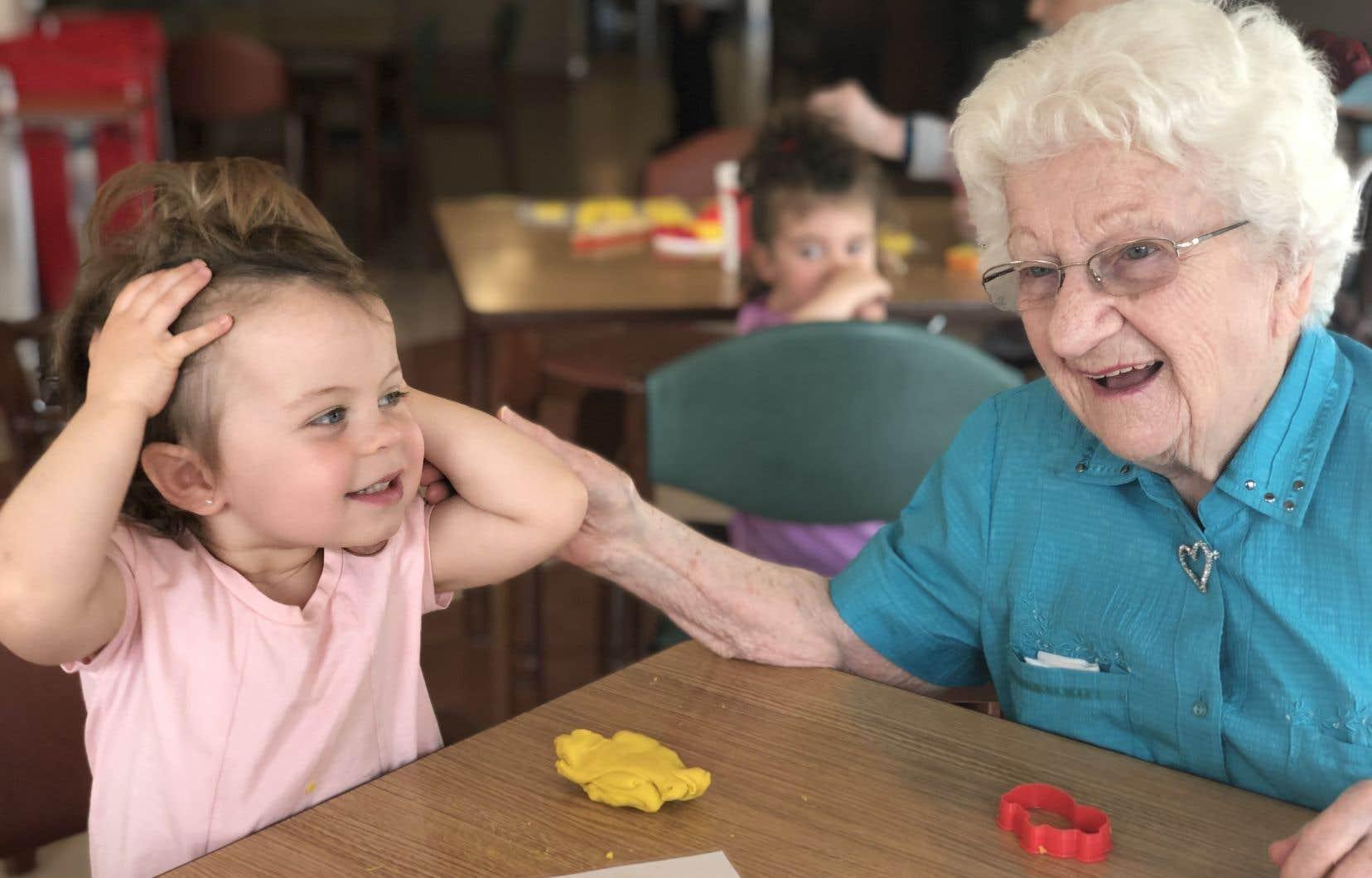 Il faut voir comme l'arrivée des petits fait fuser les sourires des grands, mais surtout il faut entendre ce qu'ils se confient les uns aux autres.