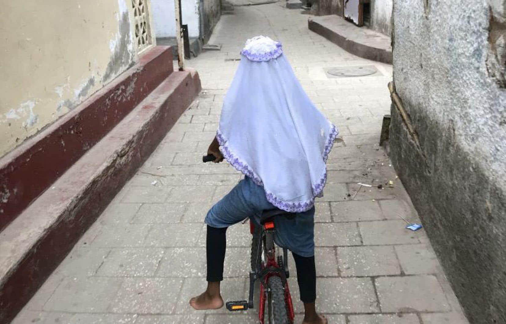 Une fillette sur la Petite Reine, le surnom du vélo, dans Stone Town