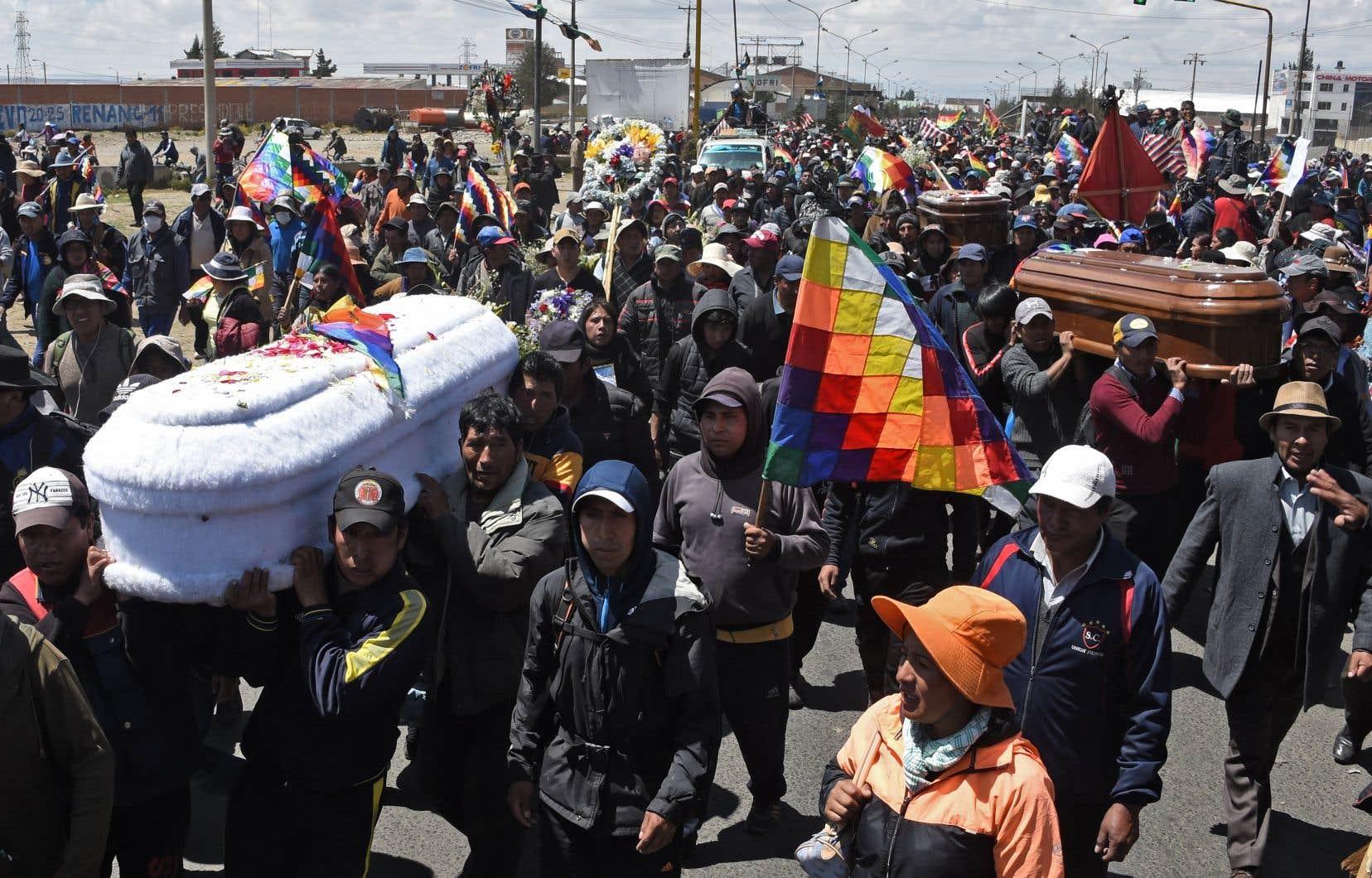 Des milliers de personnes portant les cercueils de victimes des violences ont fait entendre leur colère.