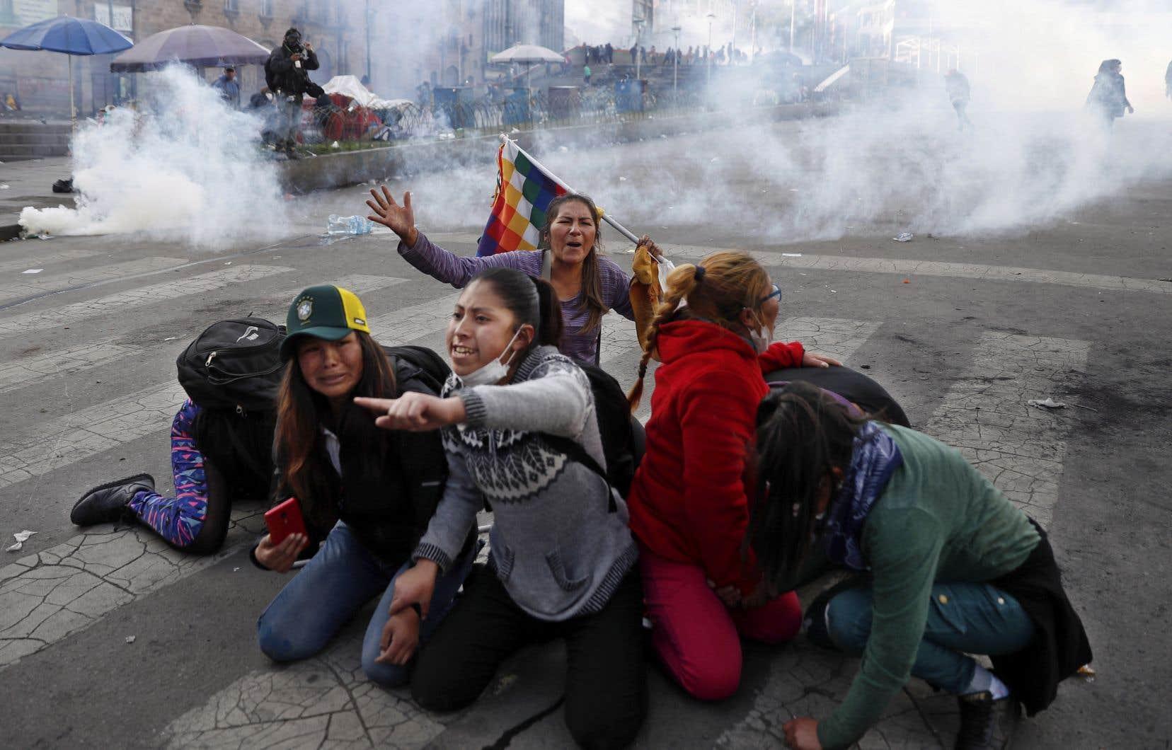 Les protestations se sont transformées en actions violentes. Des hordes paramilitaires ont assailli les partisans de Morales et de son parti (MAS).