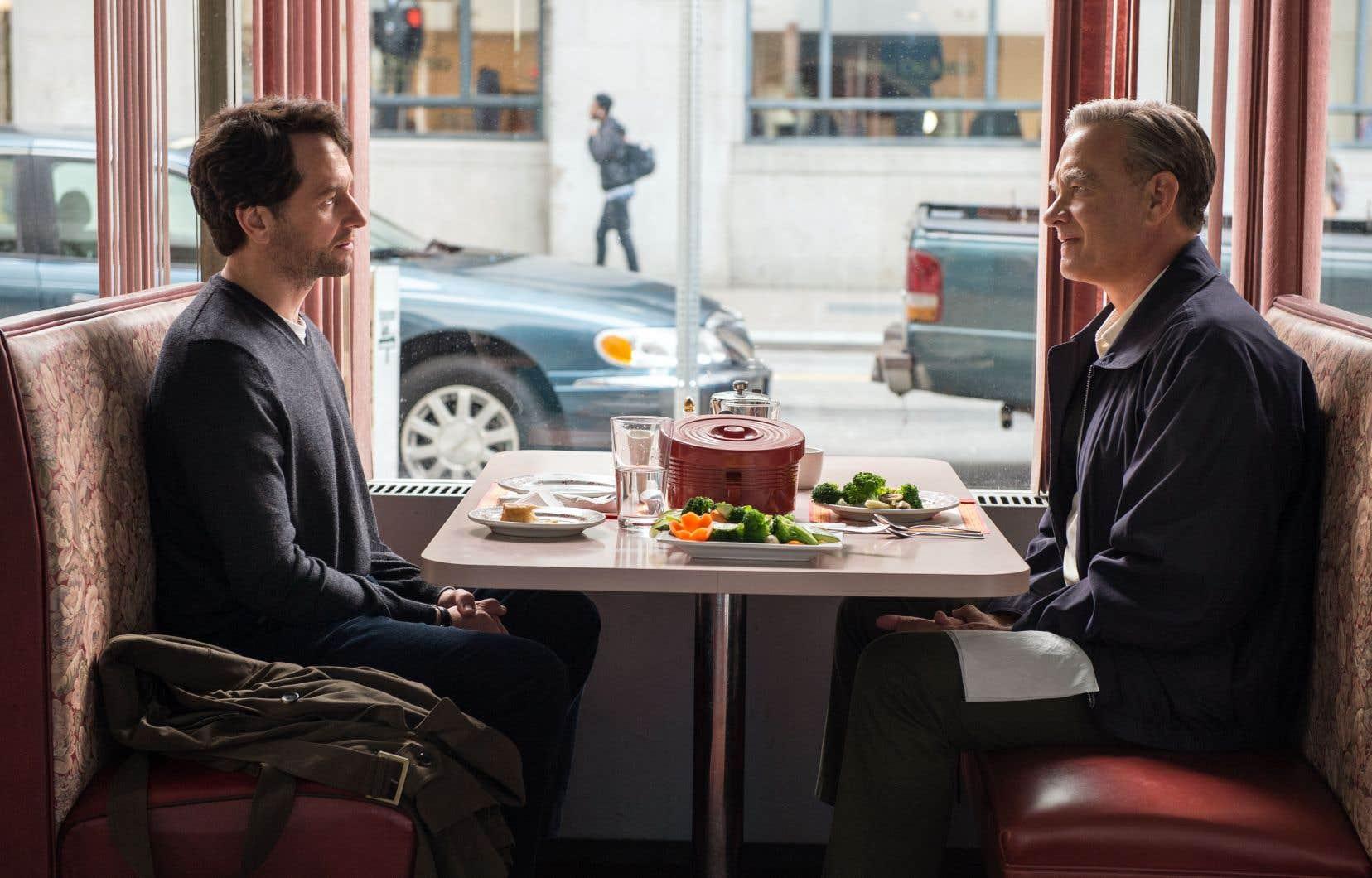 Réputé dur à cuire, Lloy Vogel (Matthew Rhys) est attendri par Fred Rogers (Tom Hanks) lors d'une entrevue journalistique.