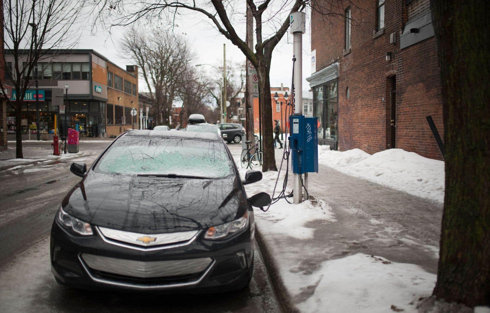 Selon un rapport d'Efficacité énergétique Canada, le Québec est au premier rang au pays pour l'immatriculation de véhicules électriques et hybrides par rapport au nombre total de véhicules, et pour la disponibilité des bornes de recharge publiques.