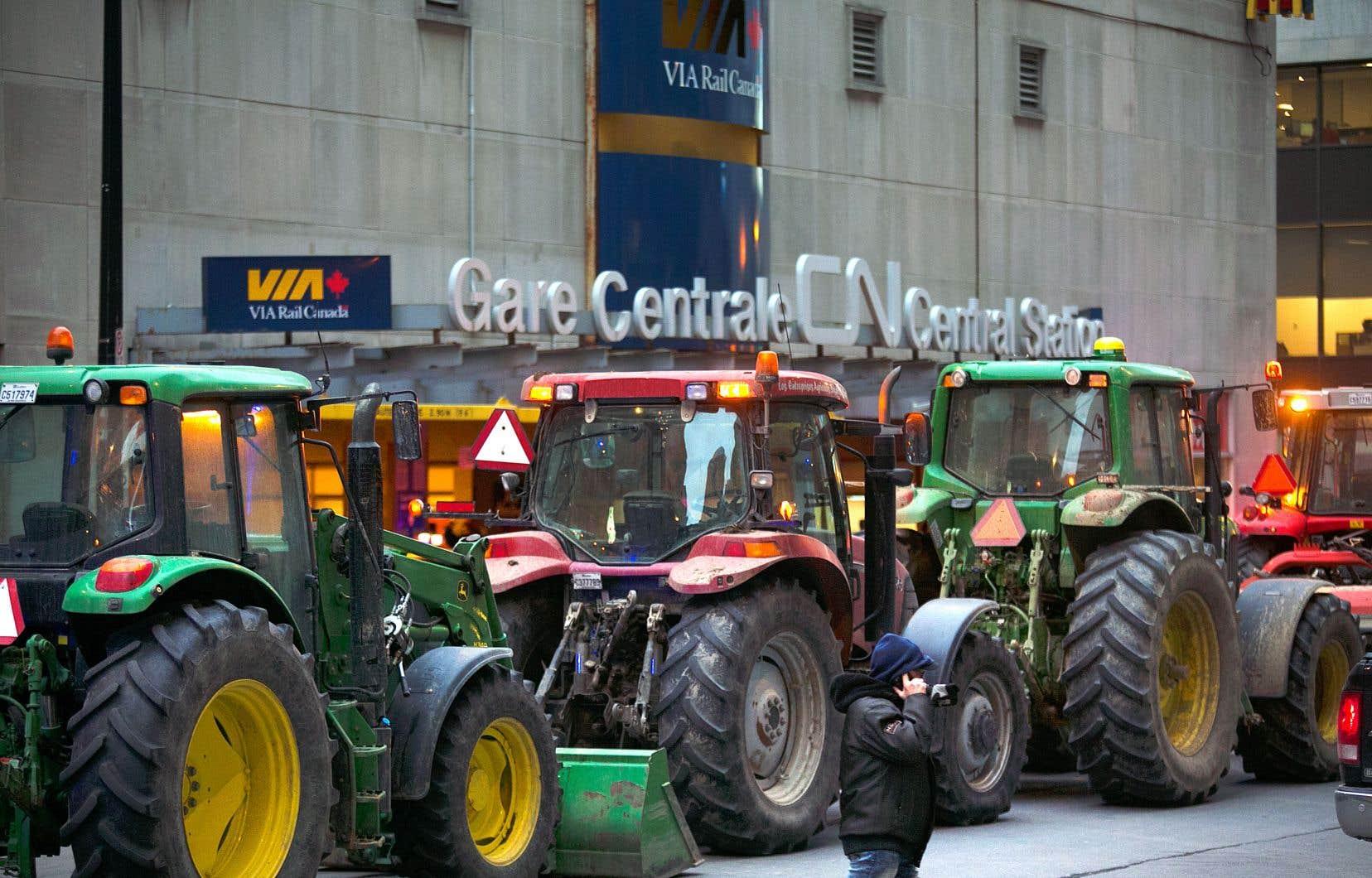 Un cortège de tracteurs s'est rendu, vendredi, depuis Châteauguay, devant les bureaux du CN au centre-ville de Montréal pour exprimer les craintes du milieu agricole concernant une éventuelle pénurie de propane.