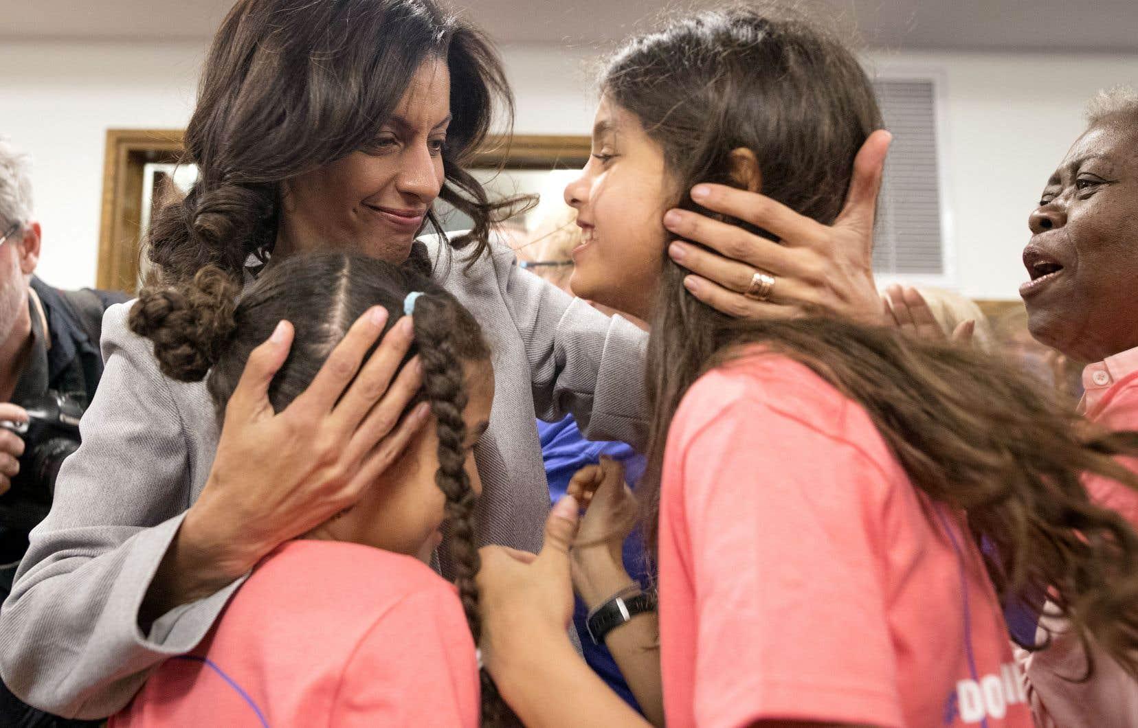L'ex-ministre libérale Dominique Anglade a lancé sa campagne à la direction au PLQ, vendredi, à Montréal, entourée de sa famille.