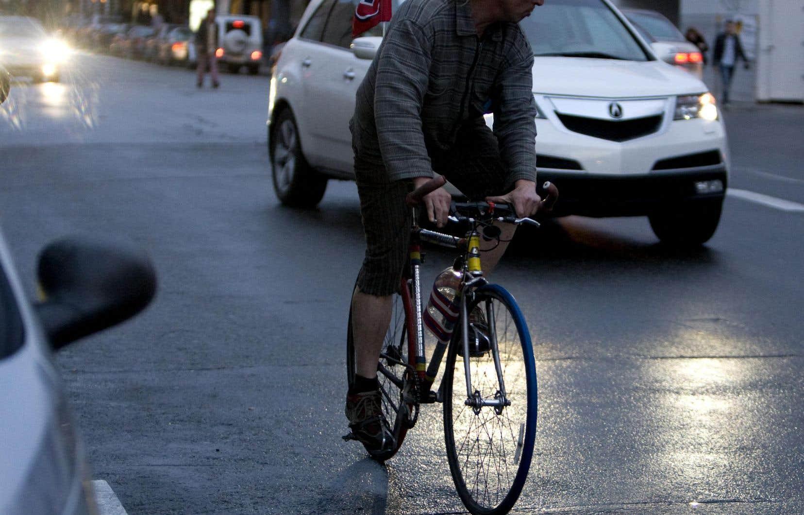 «Une autre manoeuvre délicate, celle qui est sans doute une des plus périlleuses pour moi comme cycliste, c'est le virage à gauche», affirme l'auteur.