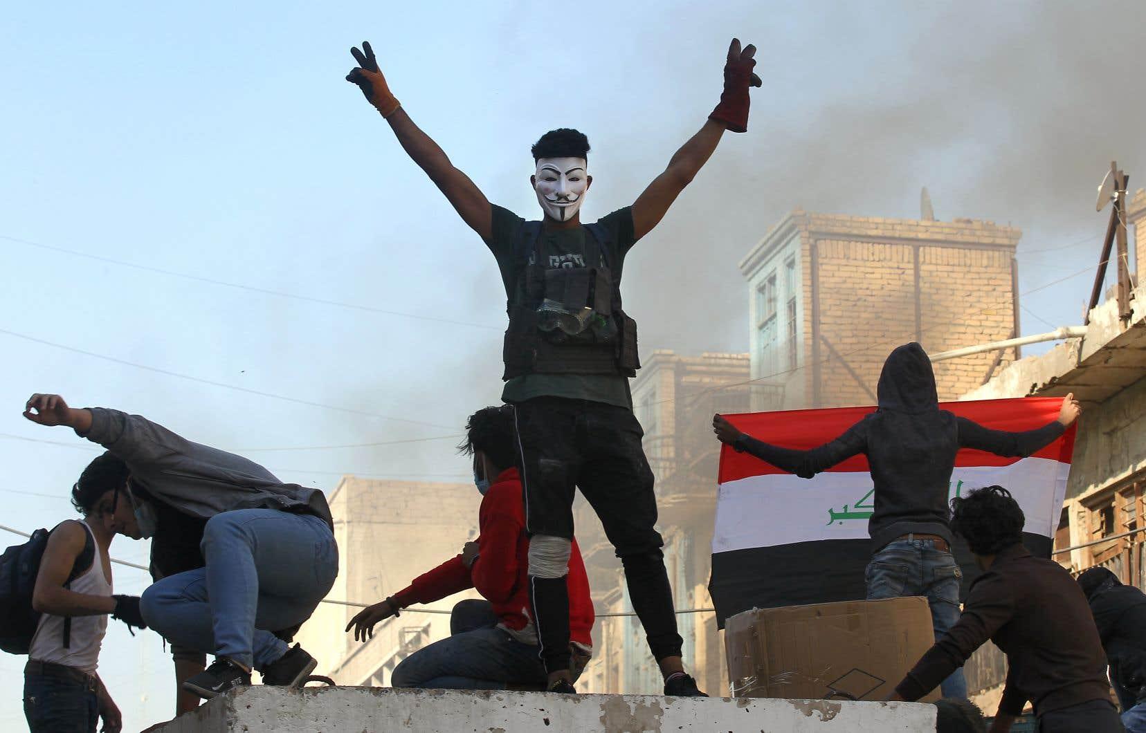 Vendredi, aux abords de trois ponts reliant la place Tahrir aux principales institutions du pays, quatre manifestants ont été tués et 30 blessés, selon des sources médicales.