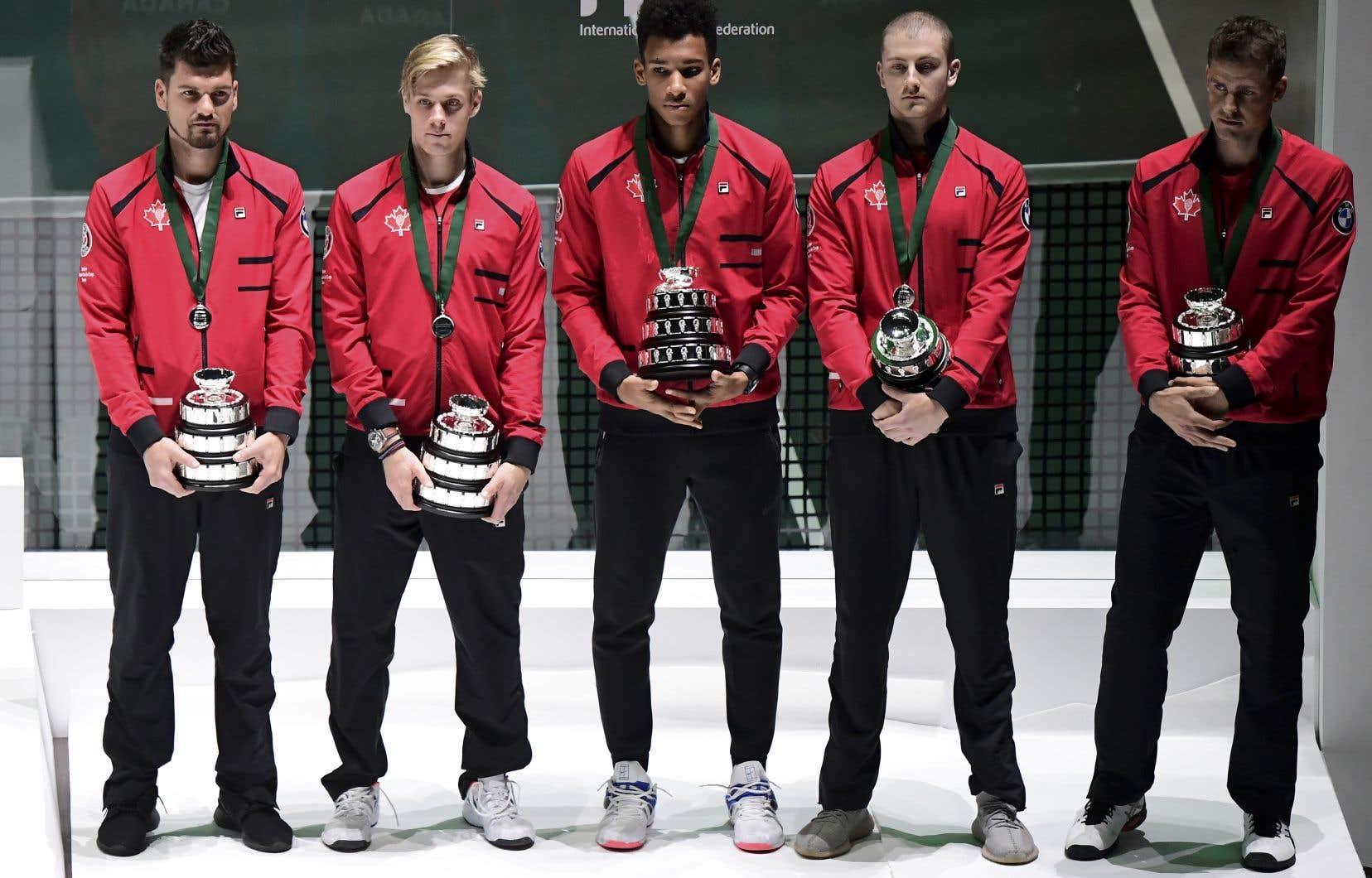 L'équipe canadienne, de gauche à droite: le capitaine, Frank Dancevic, et ses joueurs, Denis Shapovalov, Félix Auger-Aliassime, Brayden Schnur et Vasek Pospisil