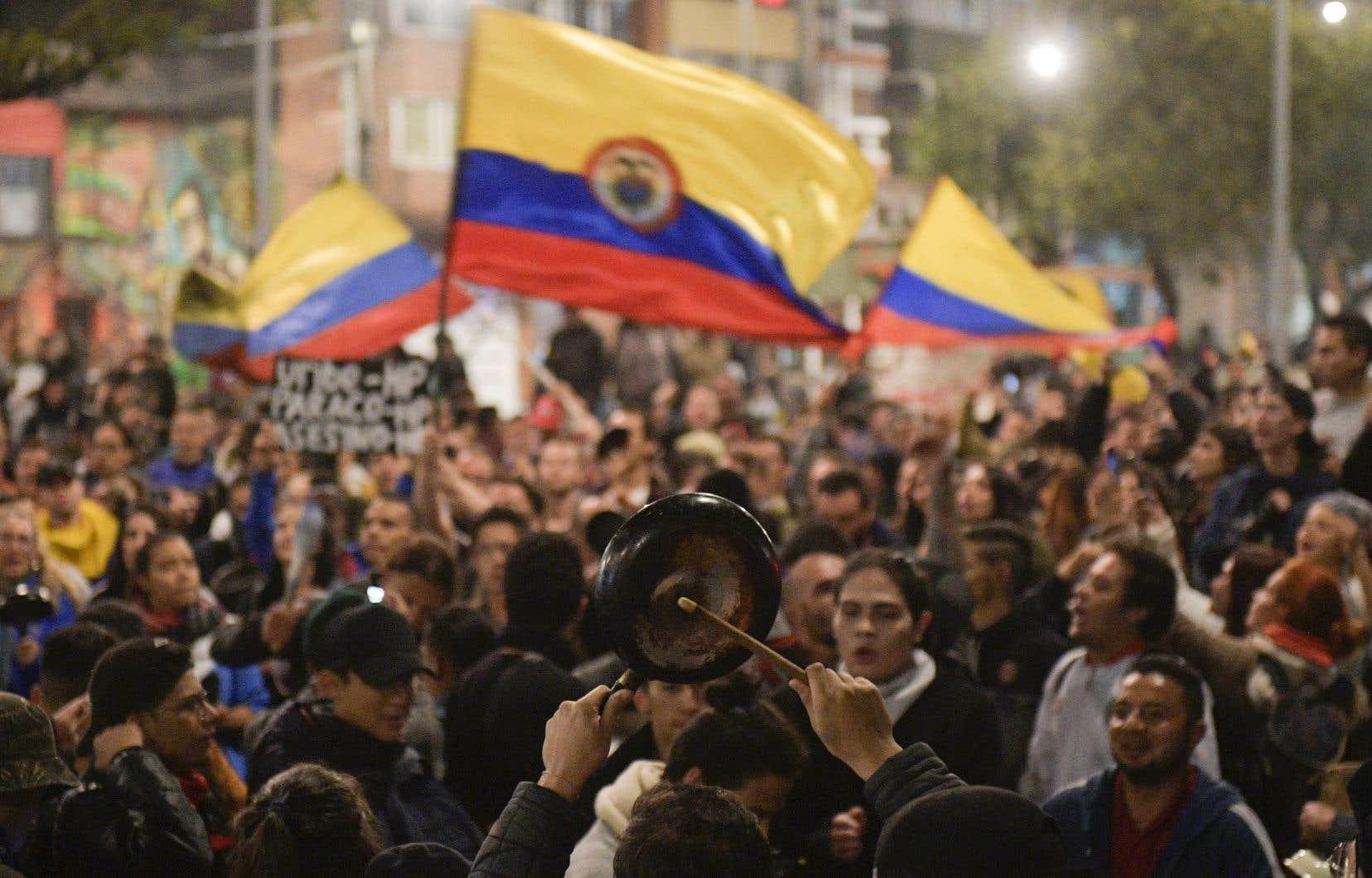 Dans la nuit de vendredi à samedi, des centaines de personnes avaient défié le couvre-feu à Bogota, en tapant sur des casseroles et des marmites, notamment pendant plus d'une heure devant le domicile d'Ivan Duque.