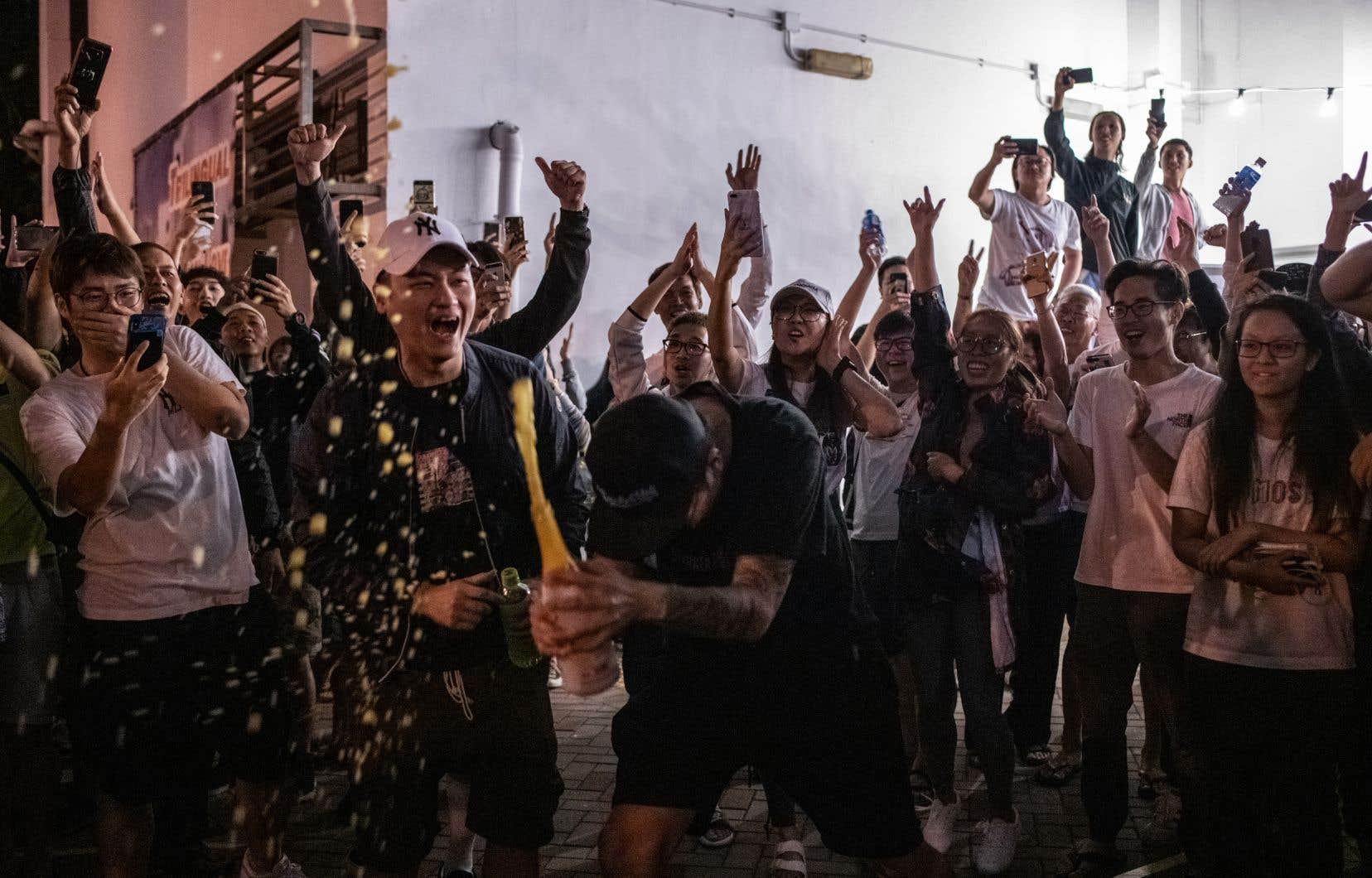 Une des victoires les plus significatives pour le mouvement prodémocratie a été enregistrée contre le conseiller Junius Kwan Ho, détesté des protestataires pour ses sympathies avec les forces répressives.
