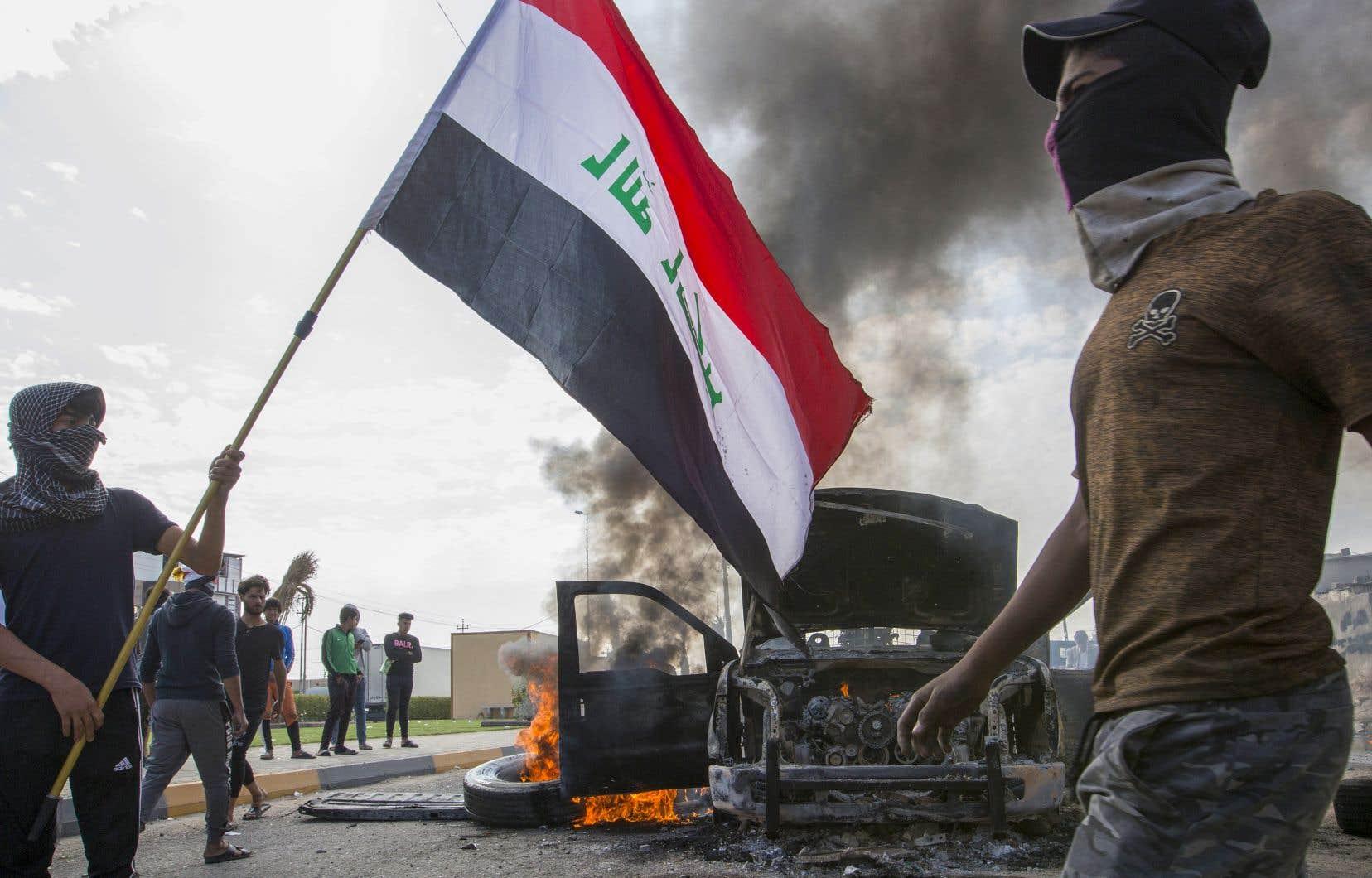 Dans la province pétrolière de Bassora, les principaux axes routiers étaient coupés, dont une route menant au port d'Oum Qasr.