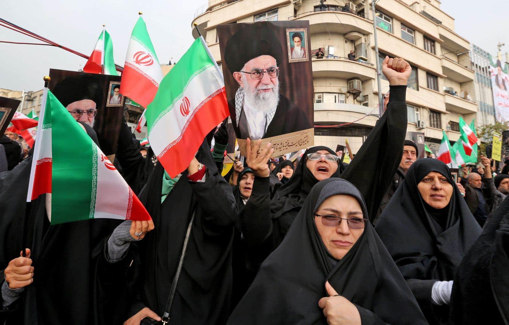 Composée de femmes en tchador, d'hommes en civil ou de clercs chiites enturbannés, une importante fouleprorégime a convergé vers la place Enghelab, à Téhéran, à l'appel des autorités.