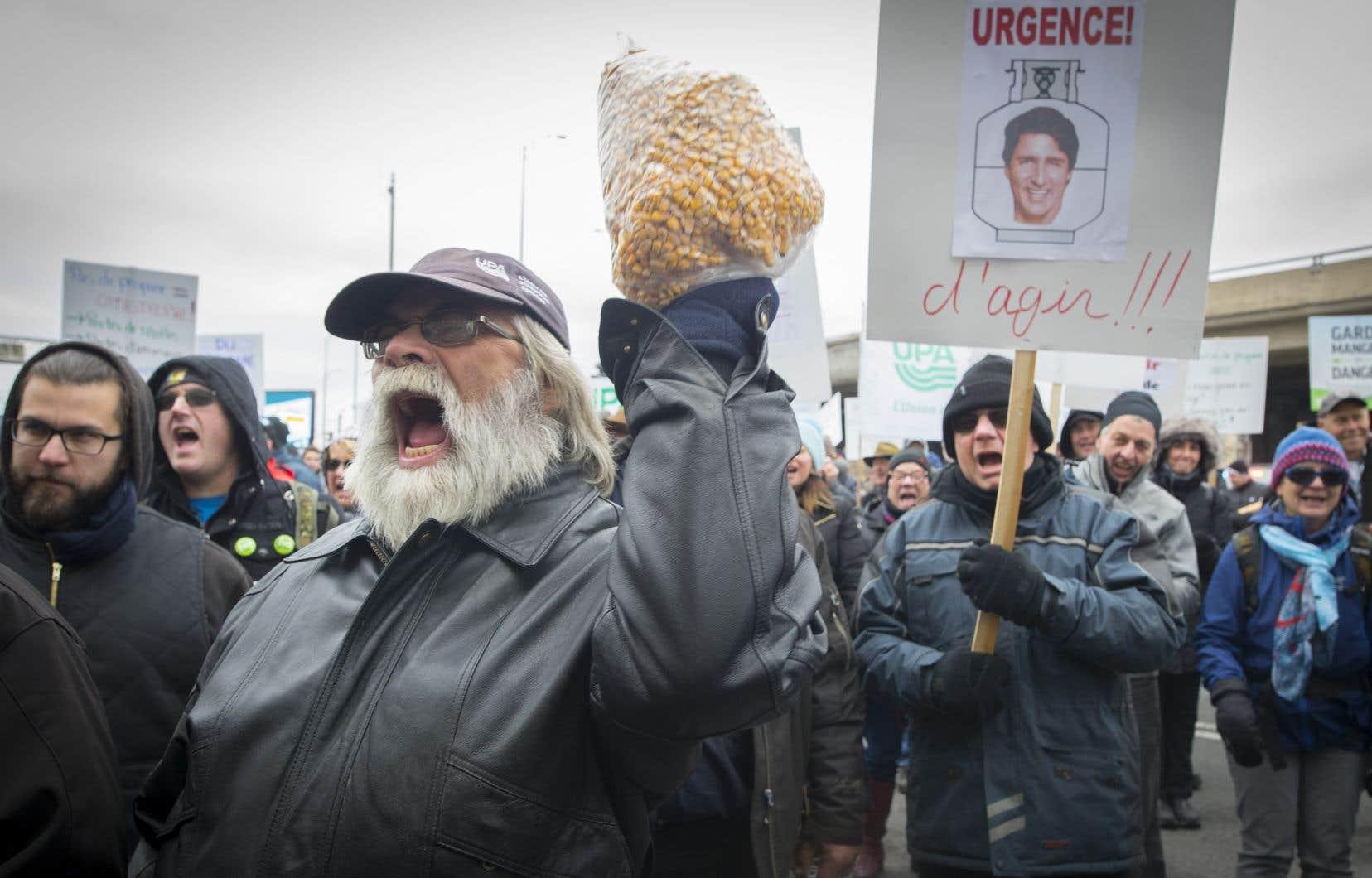 Irrités par l'approche d'Ottawa à l'endroit de la grève des cheminots du CN, des agriculteurs privés de propane ont manifesté une fois de plus lundi.