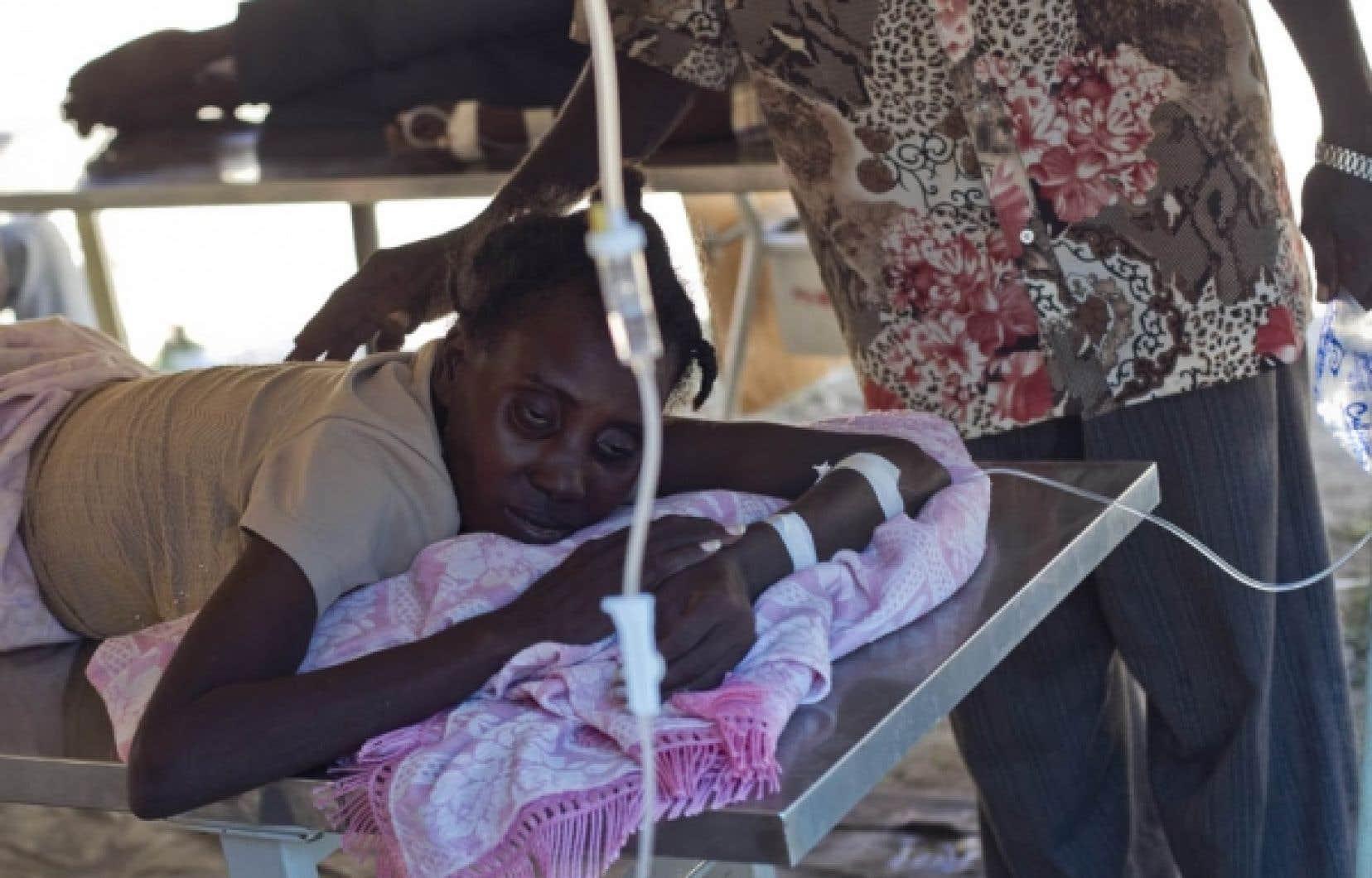 Une Haïtienne souffrant du choléra a reçu hier des soins à l'hôpital de L'Estère.<br />