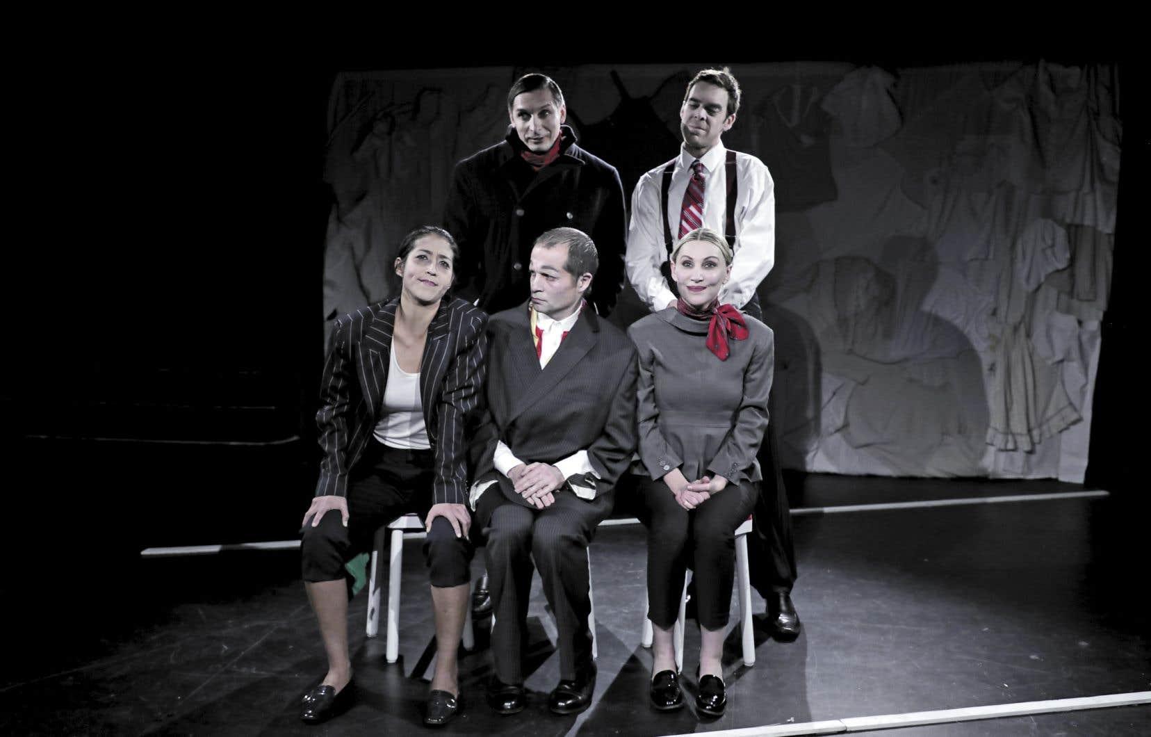 Le spectacle dirigé par Margarita Herrera Dominguez met en exergue une dimension grotesque, avec ces personnages qui camouflent des costumes clownesques sous leurs vêtements.