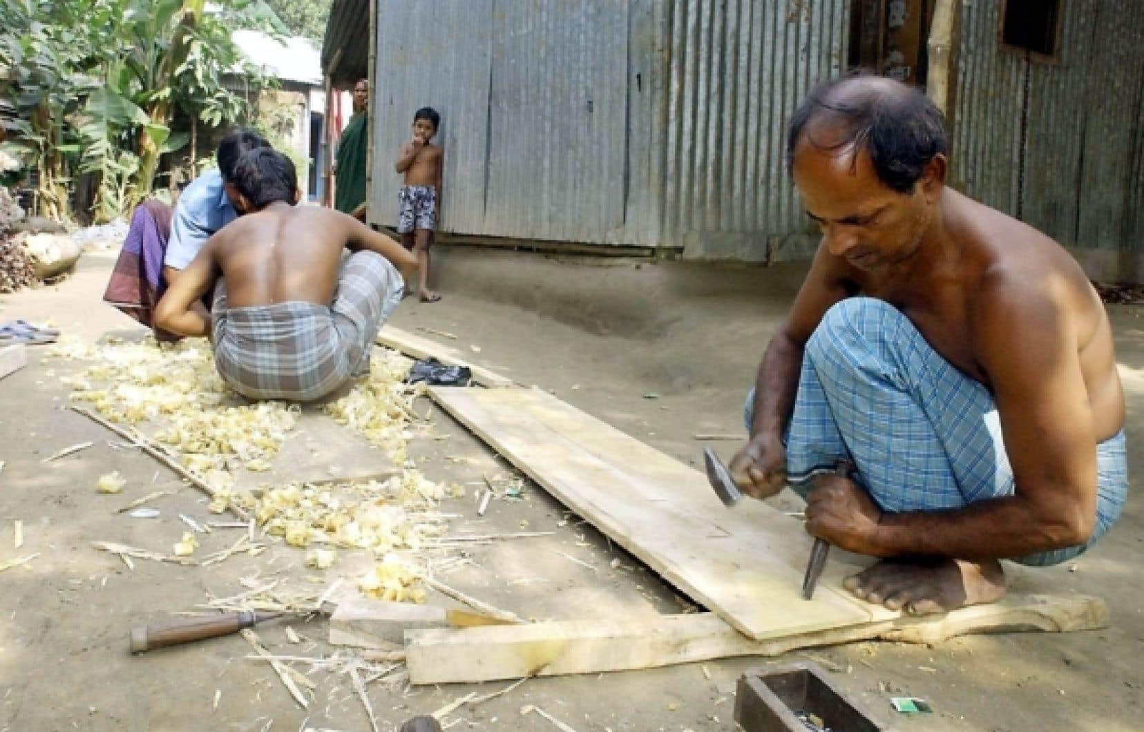Plusieurs personnes, à l'instar de ce charpentier, ont obtenu des prêts pour lancer leur entreprise. Mais des sociétés de microcrédit exigeraient des taux d'intérêt élevés, ce qui a amené le gouvernement indien à prendre des mesures qui compromettent l'avenir du microcrédit.<br />