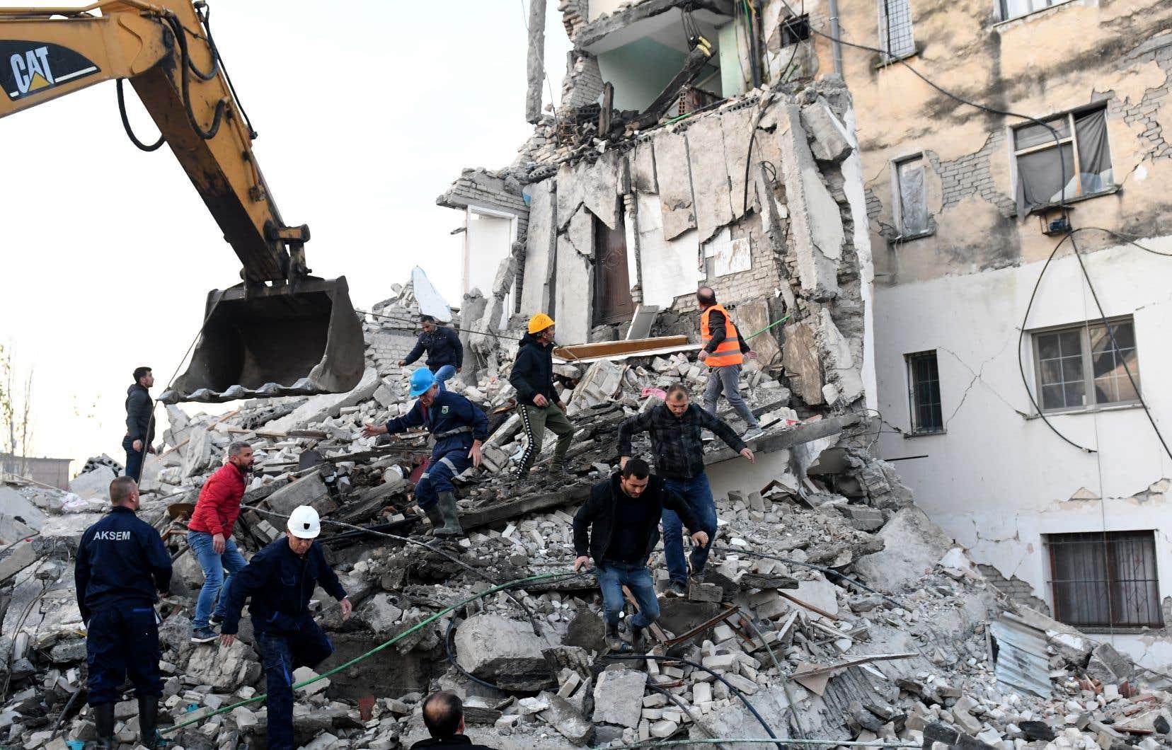 <p>Plusieurs immeubles se sont effondrés comme des châteaux de cartes sous la violence de ce tremblement de terre de magnitude 6,4 survenu au petit matin, piégeant les victimes sous les gravats.</p>