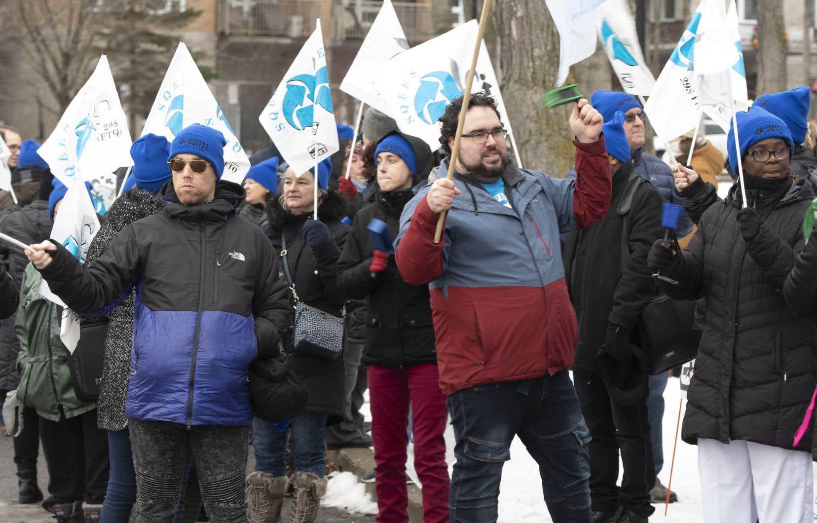 Quelque 375 travailleurs, principalement des préposés aux bénéficiaires, font la grève dans quatre résidences privées pour personnes âgées, à Montréal, Québec et Saint-Jean-sur-Richelieu.