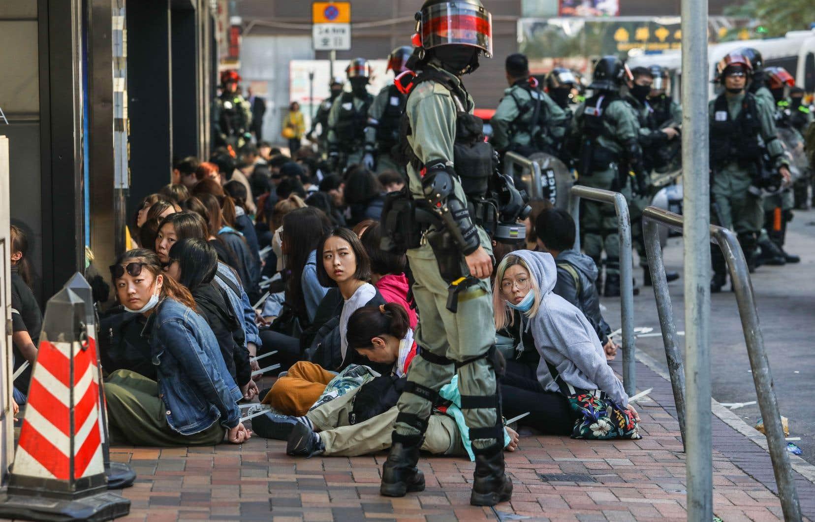 Des protestataires ont été arrêtés après avoir tenté d'empêcher la police de pénétrer sur le campus de l'École polytechnique, le 18novembre.