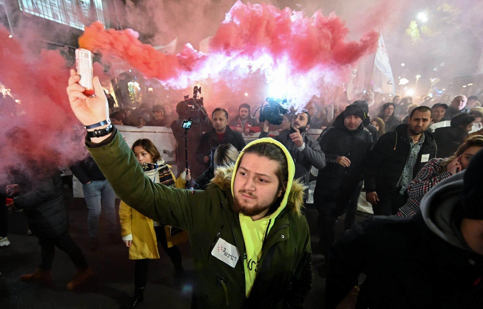 Des milliers de protestataires se réunissent depuis plusieurs semaines dans le centre de Tbilissi, la capitale du pays, pour réclamer la démission du gouvernement et des élections législatives anticipées.