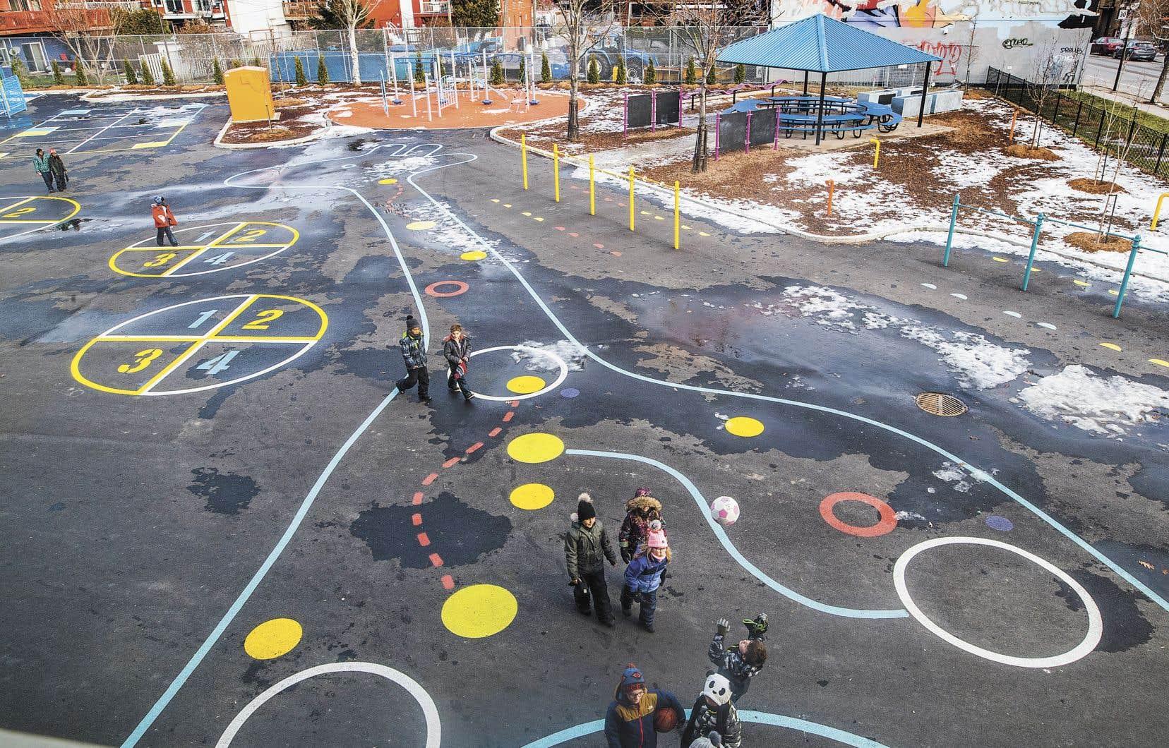 À l'ombre de l'échangeur Turcot, la nouvelle cour de l'école primaire Marie-de-l'Incarnation resplendit avec ses aires de jeux colorées et son module de jeux flambant neuf.