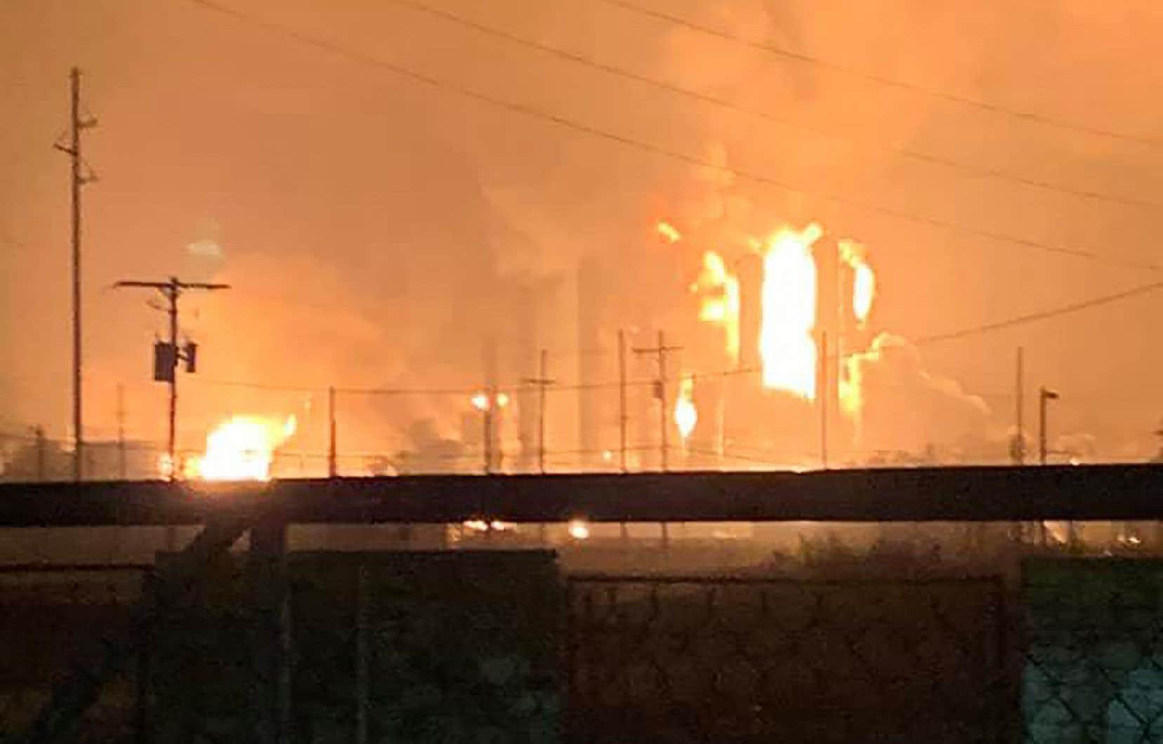 Des vidéos et photos partagées sur les réseaux sociaux montrent une énorme explosion et une boule de feu dans l'atmosphère.