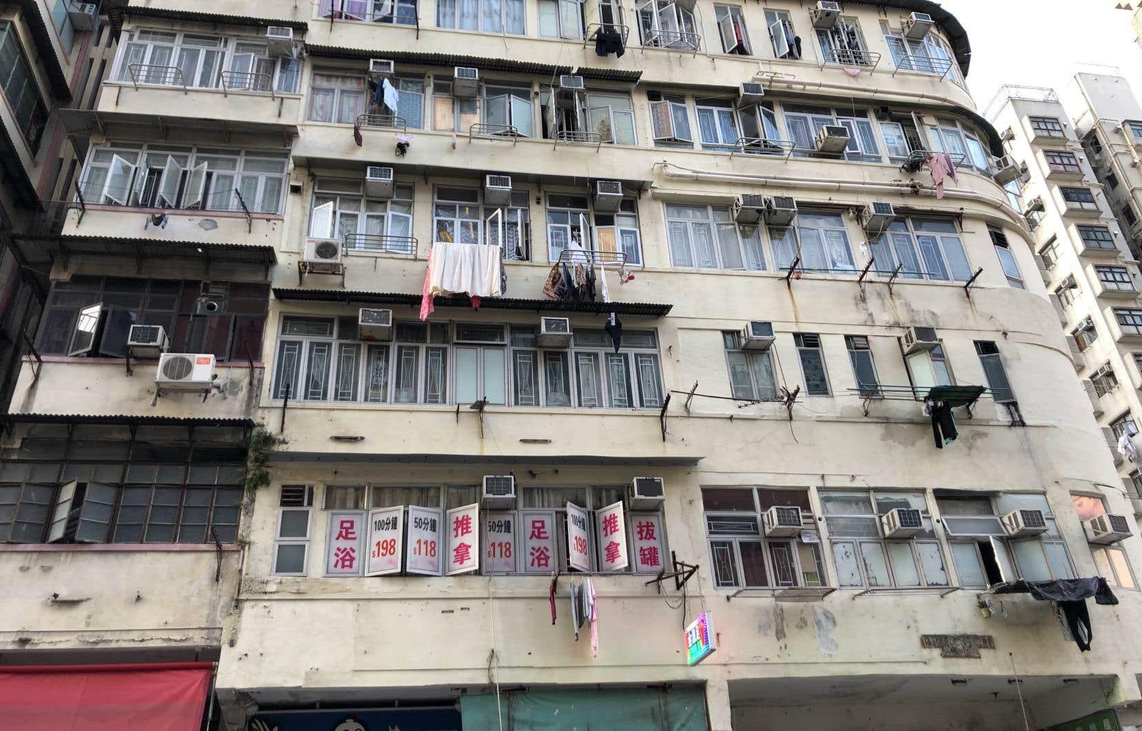 Un immeuble historique d'unités subdivisées. On note les climatiseurs aux fenêtres.