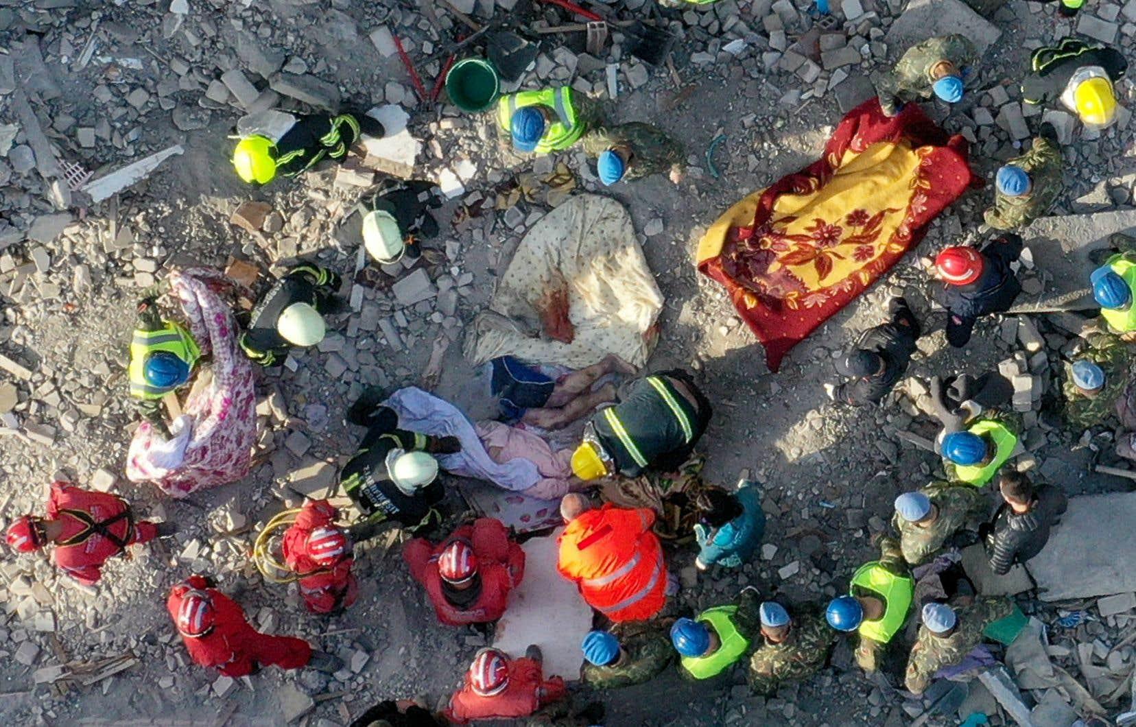 Après avoir sauvé 45 personnes, les secours étaient engagés mercredi dans une course contre la montre pour trouver des survivants ensevelis sous les gravats.