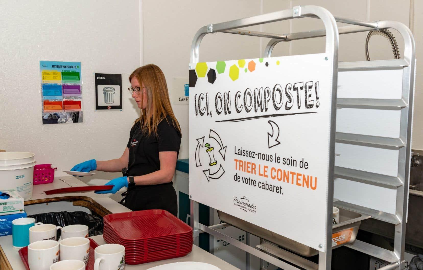 Aux Promenades de Drummondville, une employée trie les matières compostables.