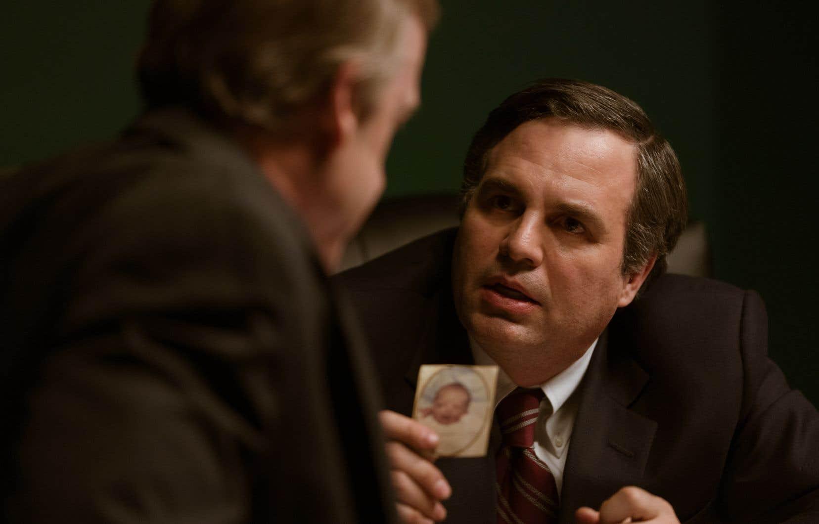 Mark Ruffalo incarne Robert Bilott, un avocat de Cincinnati qui, alors qu'il vient à peine d'être nommé associé dans le cabinet qui l'emploie.