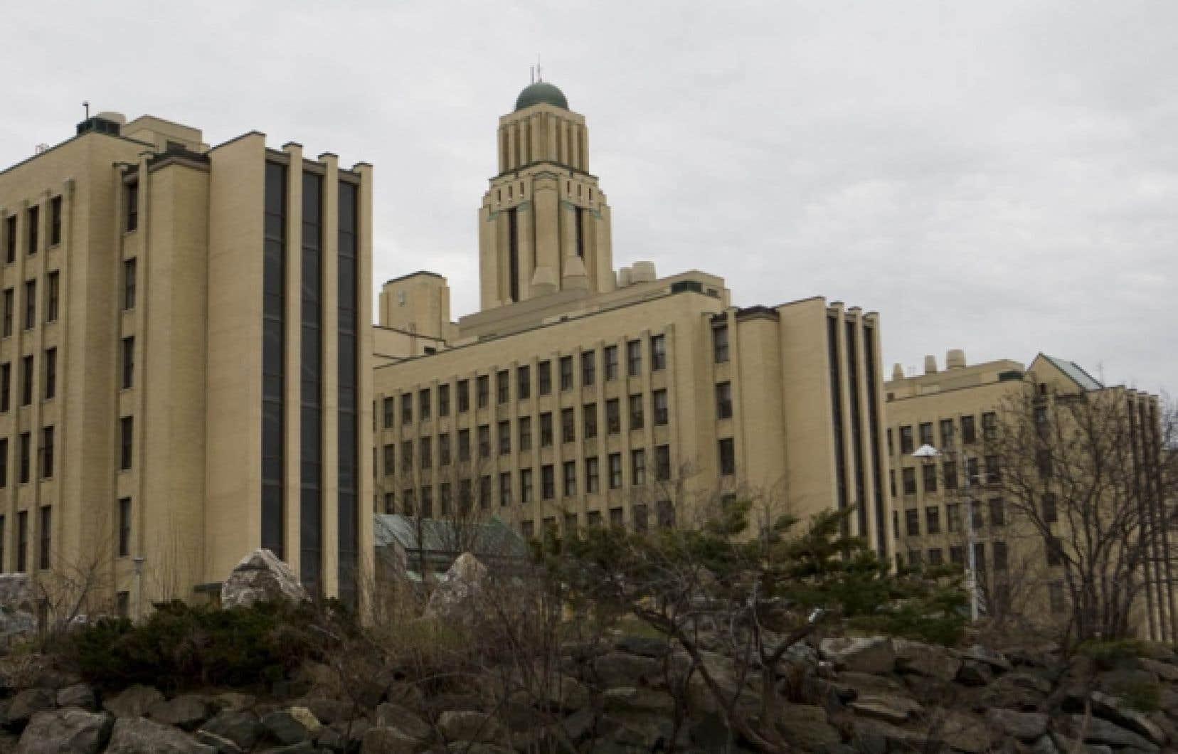 Les universités québécoises pigent de plus en plus dans leur budget de fonctionnement, lié aux activités de recherche et d'enseignement, pour financer le béton de leurs installations