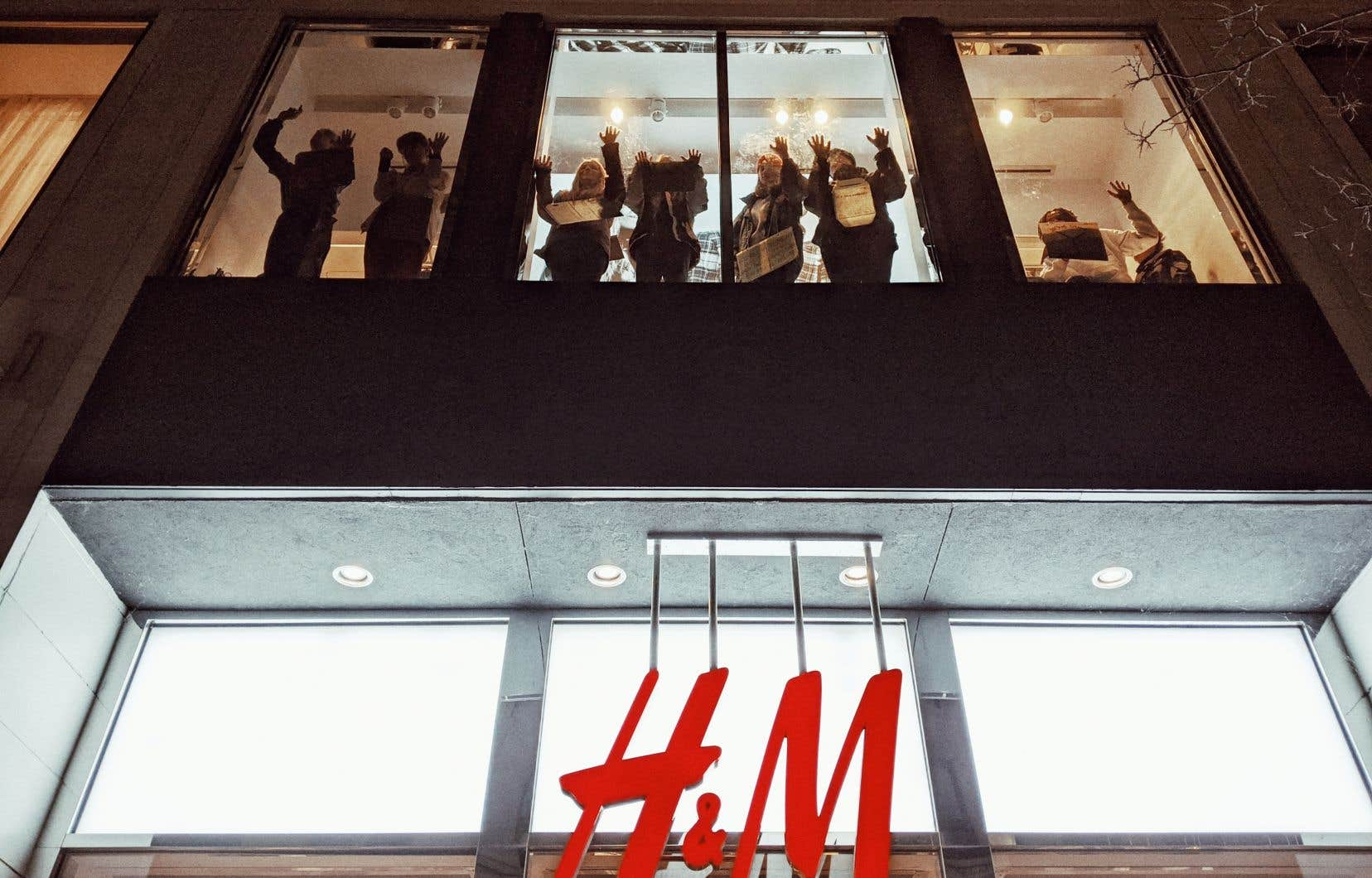 Une douzaine de membres d'Extinction Rebellion Youth Québec ont étampé une de leurs mains recouverte de colle forte sur la vitrine du H&M.