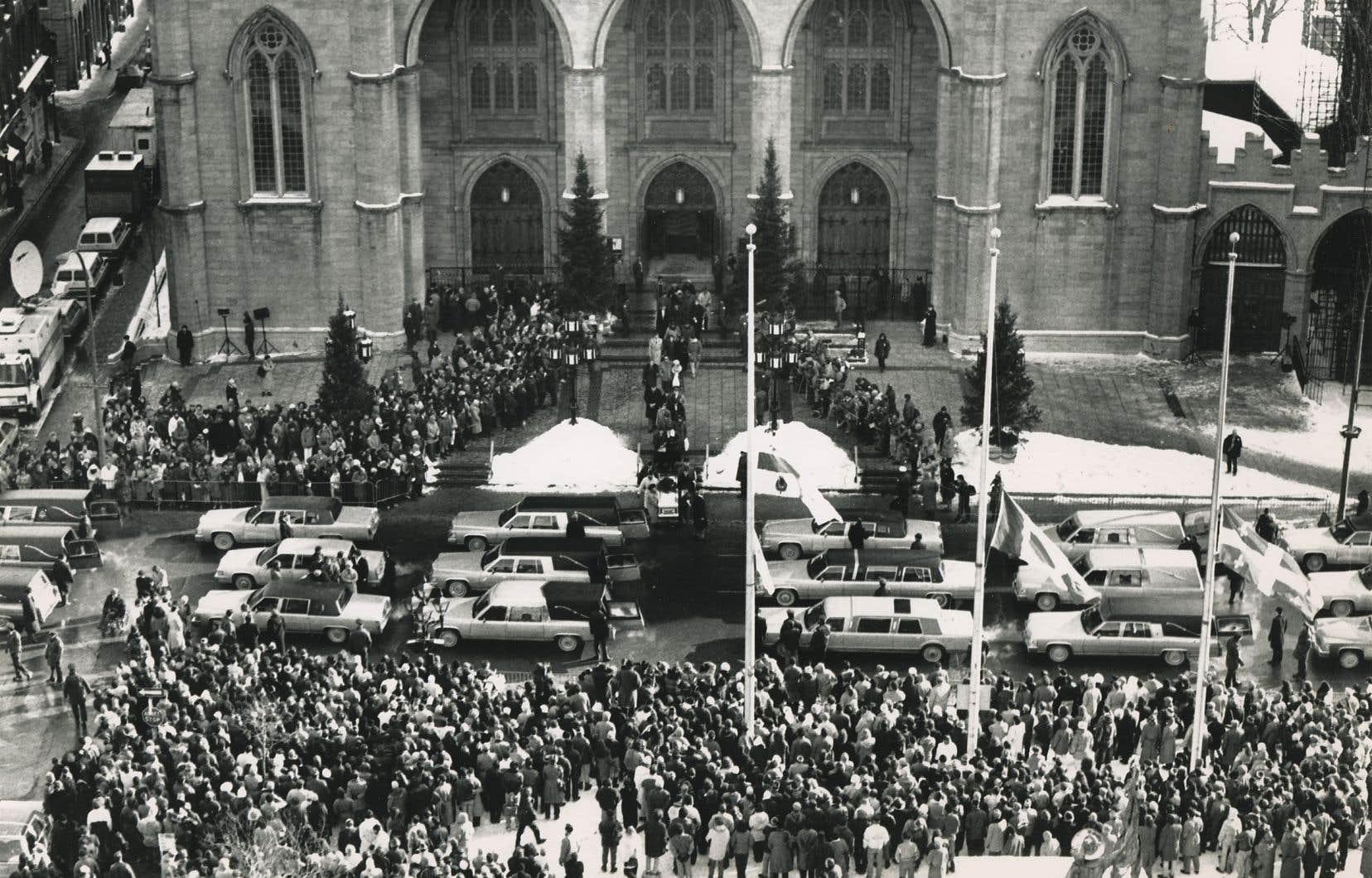 Des milliers de personnes étaient venues aux funérailles, célébrées le 11 décembre, à la basilique Notre-Dame, pour exprimer leur tristesse.