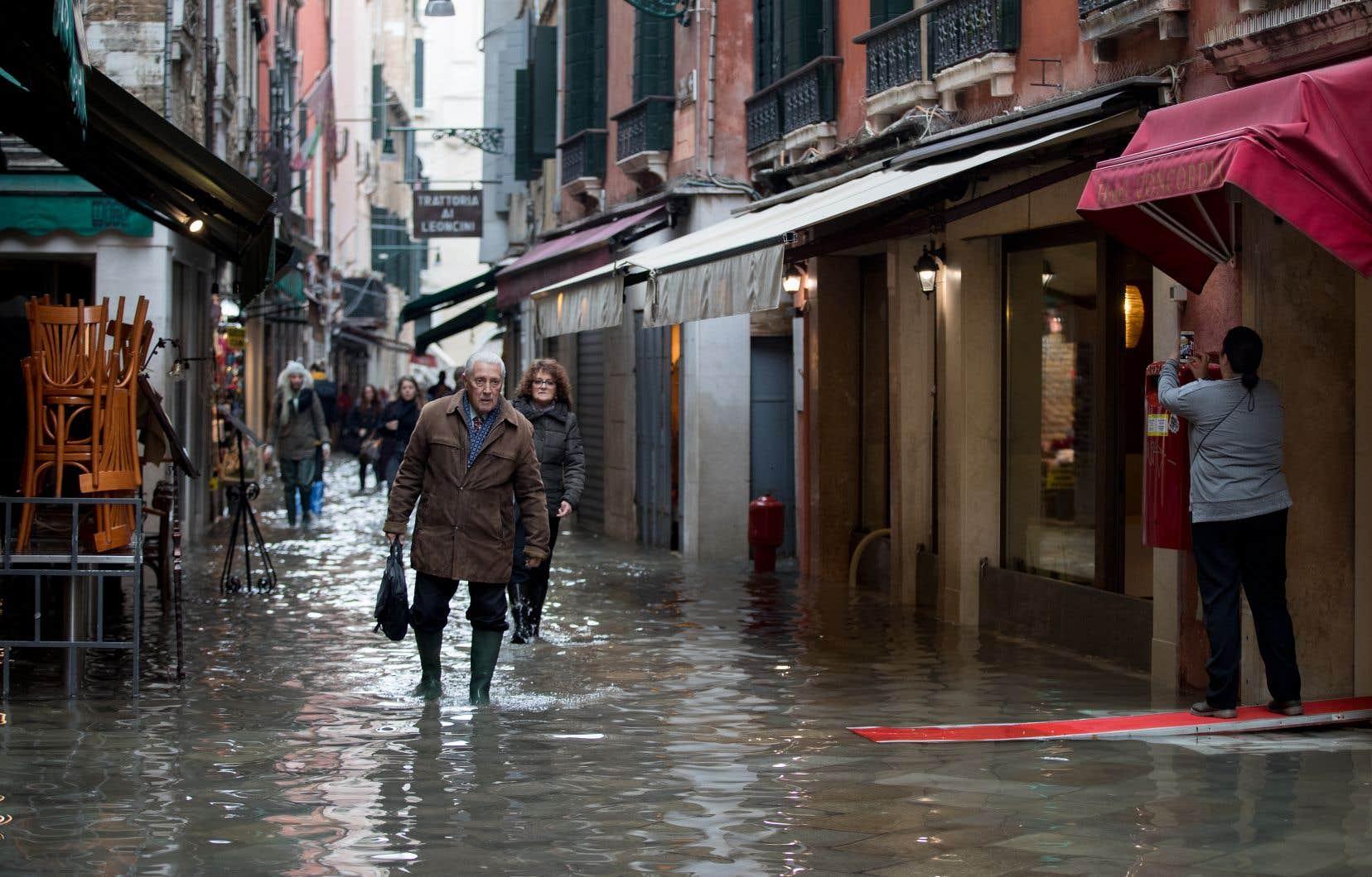 Les Vénitiens ont appris à vivre au rythme des inondations. Cependant, la ville se vide de ses habitants, qui fuient aussi les hordes de touristes, et la population décline depuis des décennies.