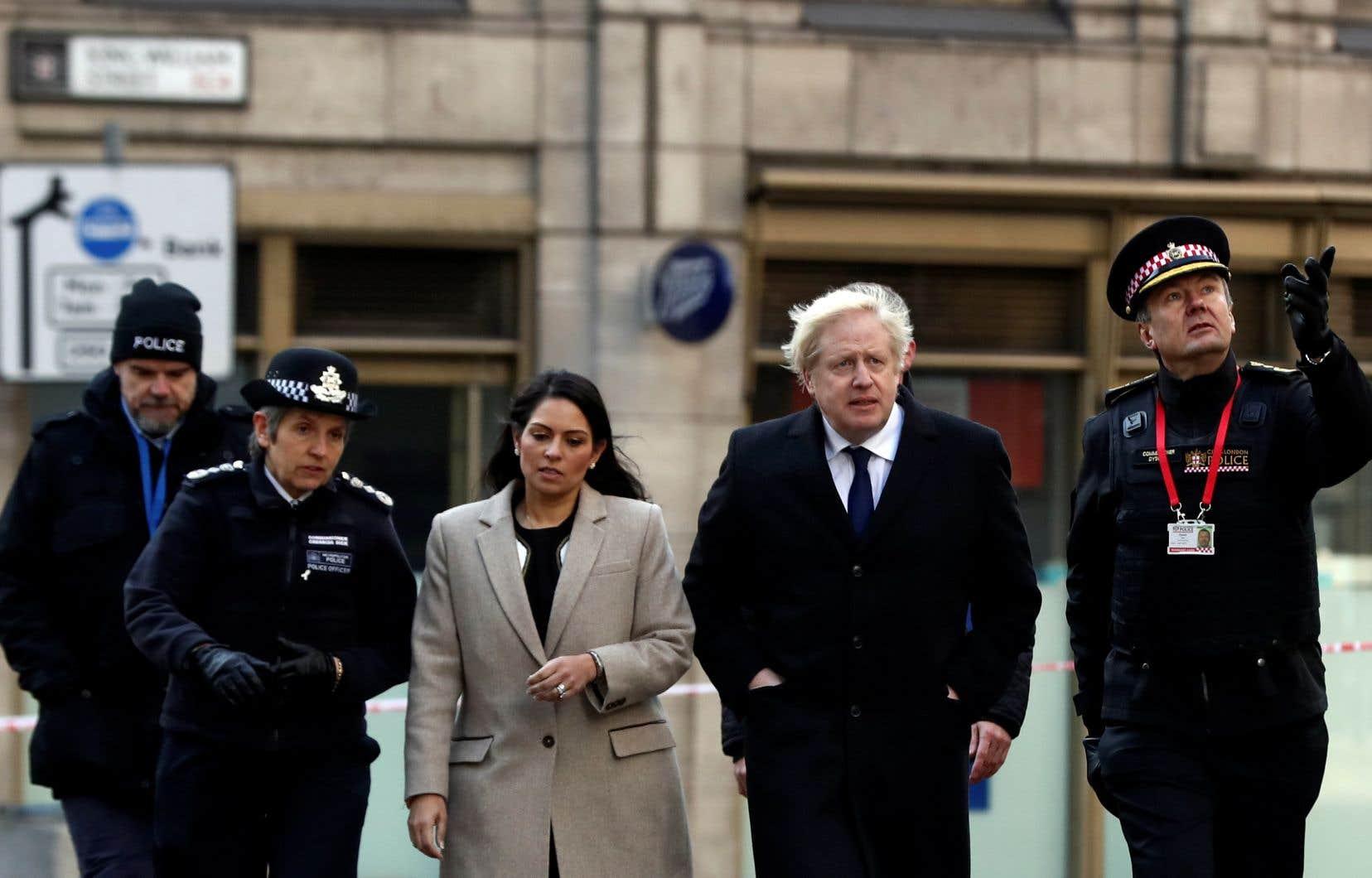 «Quand des gens sont condamnés à un certain nombre d'années en prison, ils devraient purger chaque année de cette condamnation», a déclaré Boris Johnson après s'être rendu sur les lieux de l'attaque.