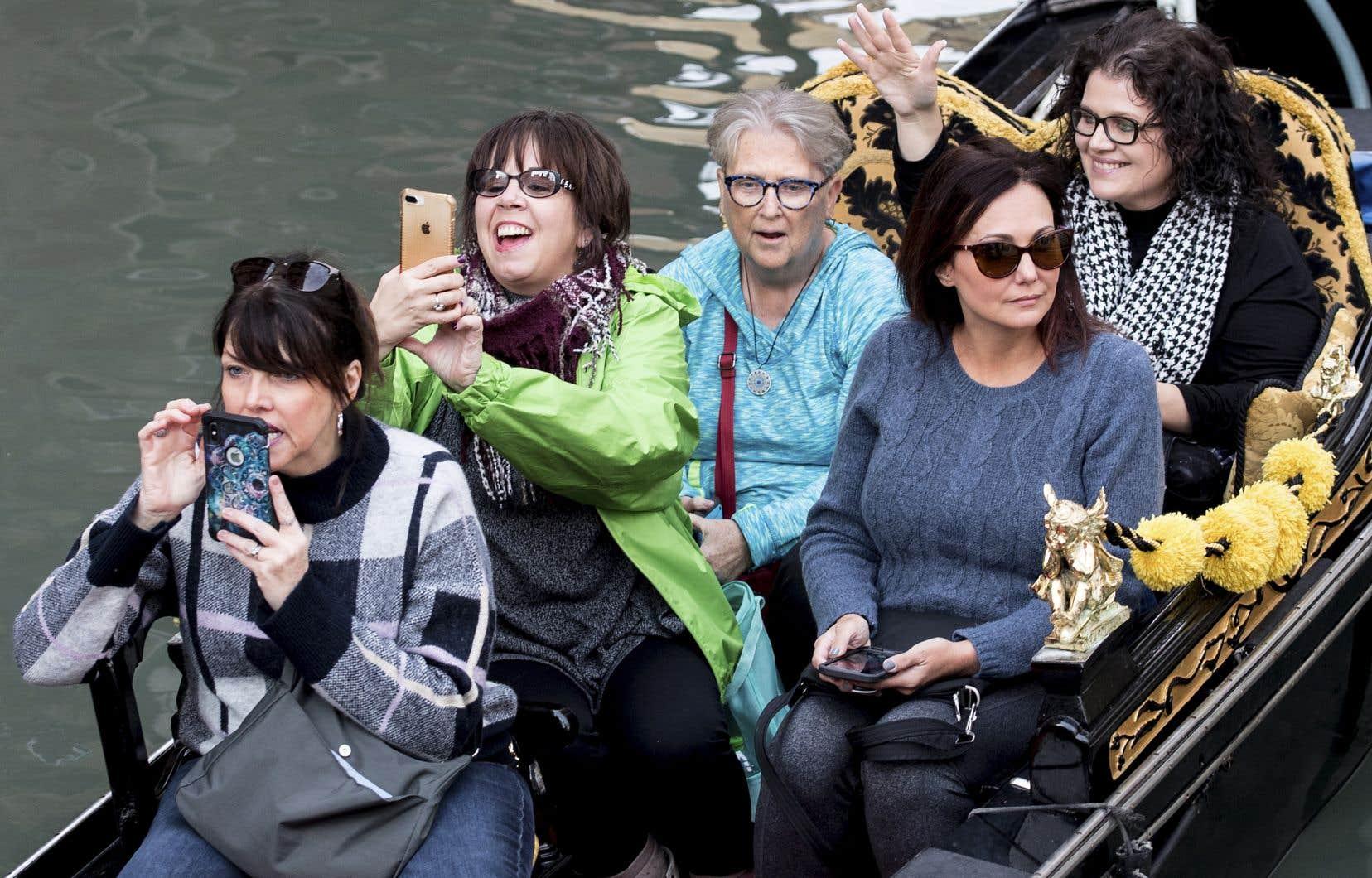 Venise croule sous le poids d'une industrie touristique qui a fait main basse sur la Sérénissime. Une situation qui force les habitants à quitter la ville mythique.