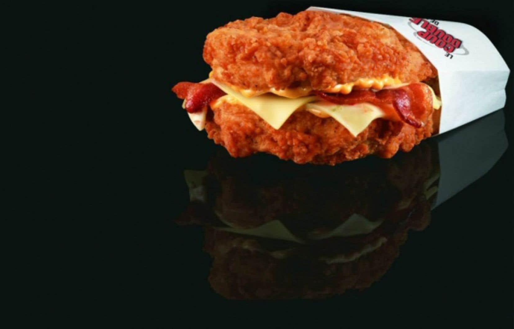 Le nouveau Coup Double de l'empire du colonel Sanders se vante de révolutionner l'art de la sandwicherie en remplaçant le pain par... deux tranches de poitrine de poulet frit. <br />