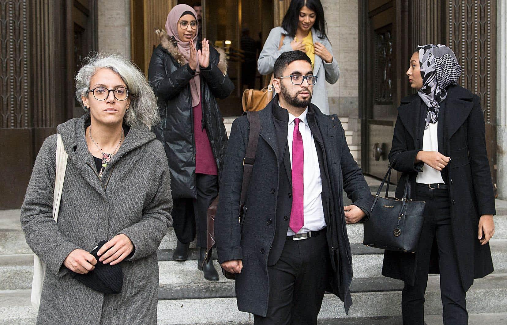 Les demandeurs dans la cause portant sur la suspension de la Loi sur la laïcité de l'État à leur sortie du tribunal en novembre dernier.