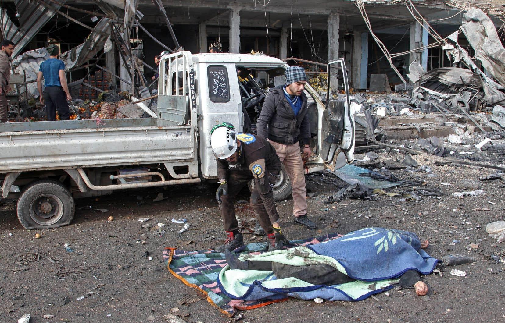 Les frappes ont notamment visé un marché de Maaret al-Noomane, faisant 13 morts, d'après l'Observatoire syrien des droits de l'homme (OSDH).